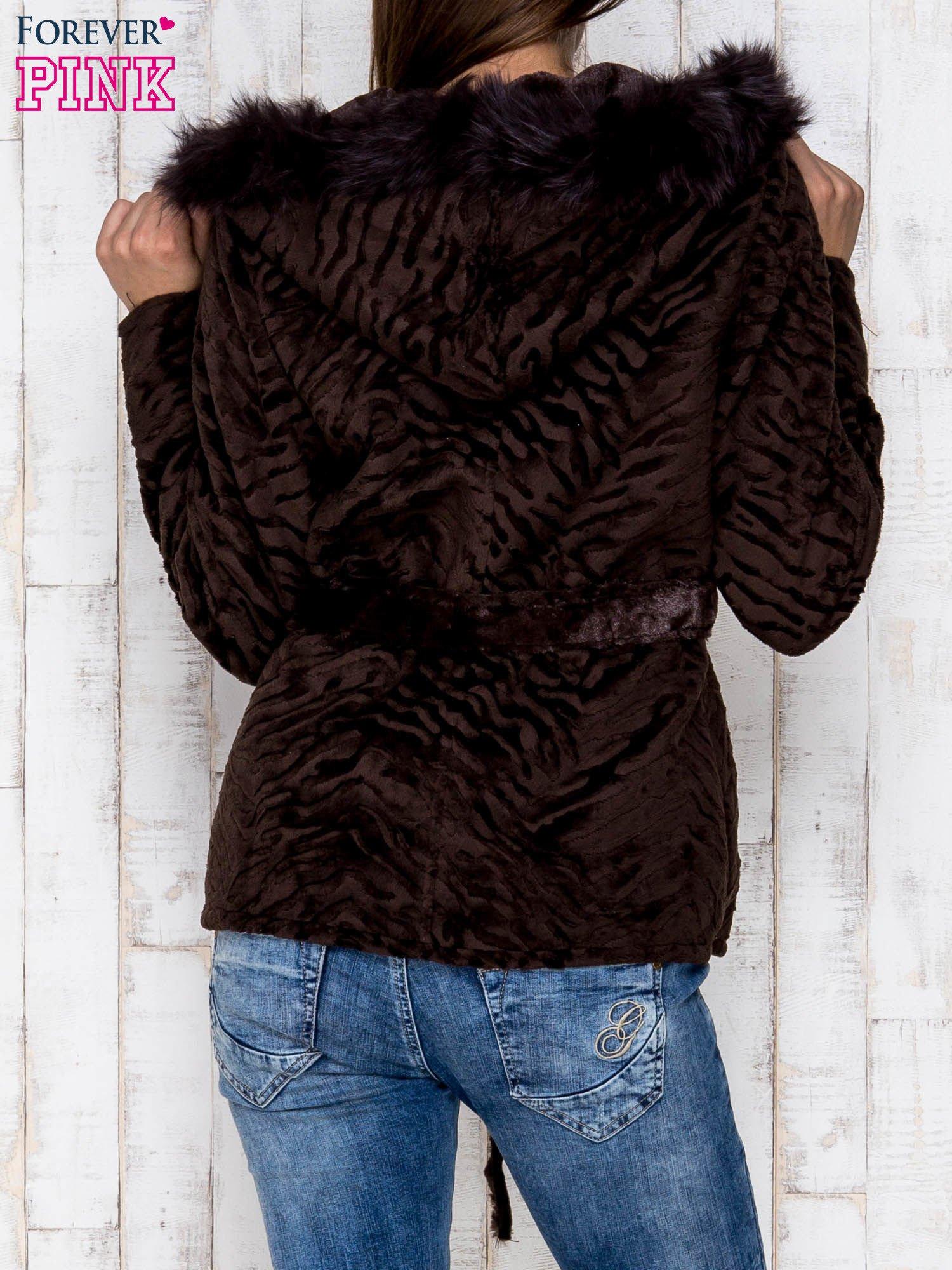Brązowa kurtka z futrzanym kapturem i paskiem                                  zdj.                                  2