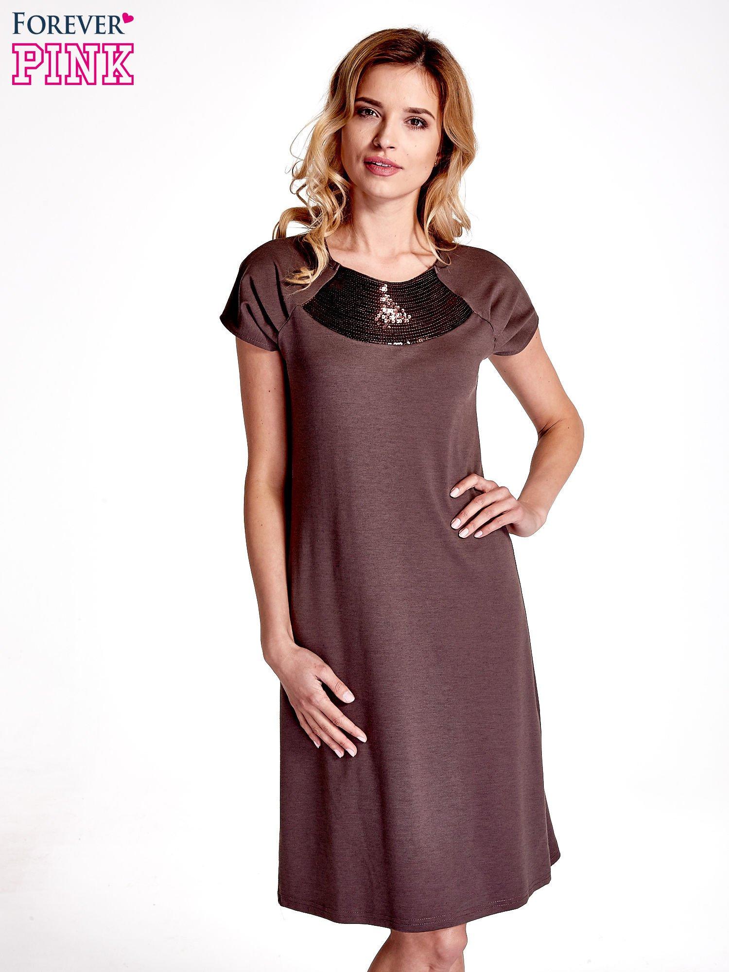 Brązowa sukienka z cekinowym wykończeniem przy dekolcie                                  zdj.                                  1