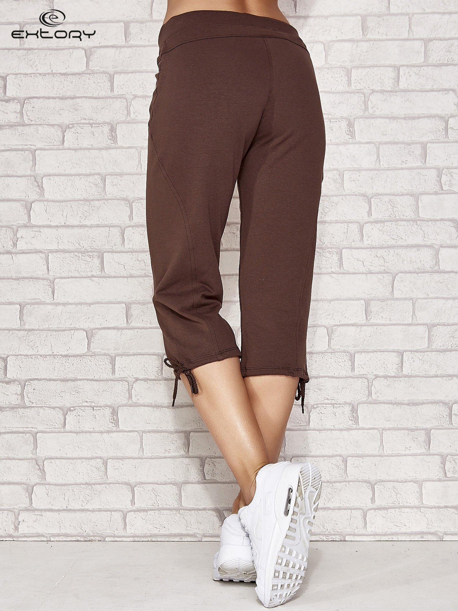 Brązowe spodnie dresowe capri z kieszonką                                  zdj.                                  3