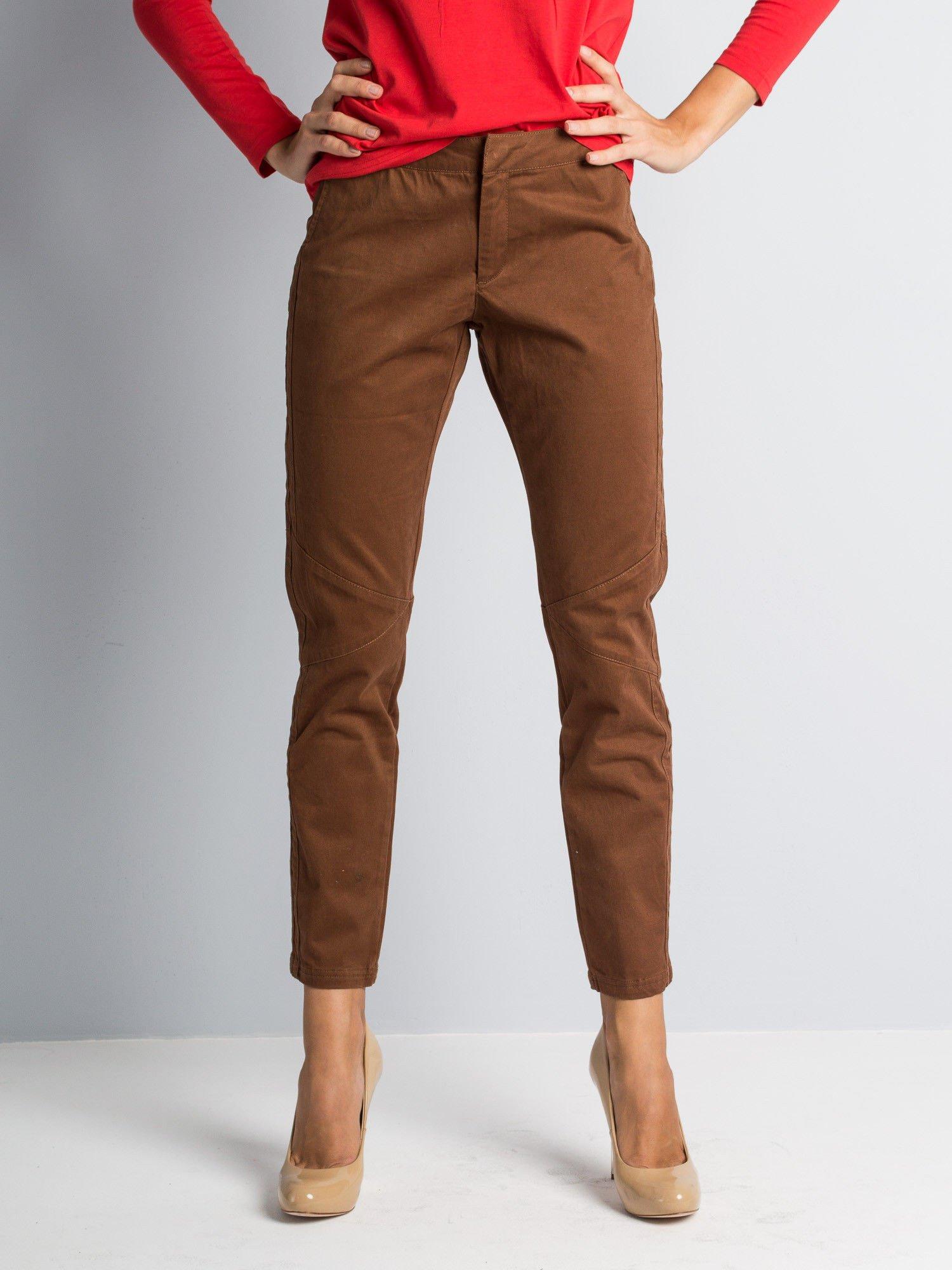 Brązowe spodnie materiałowe z przeszyciami na kolanach                                  zdj.                                  1