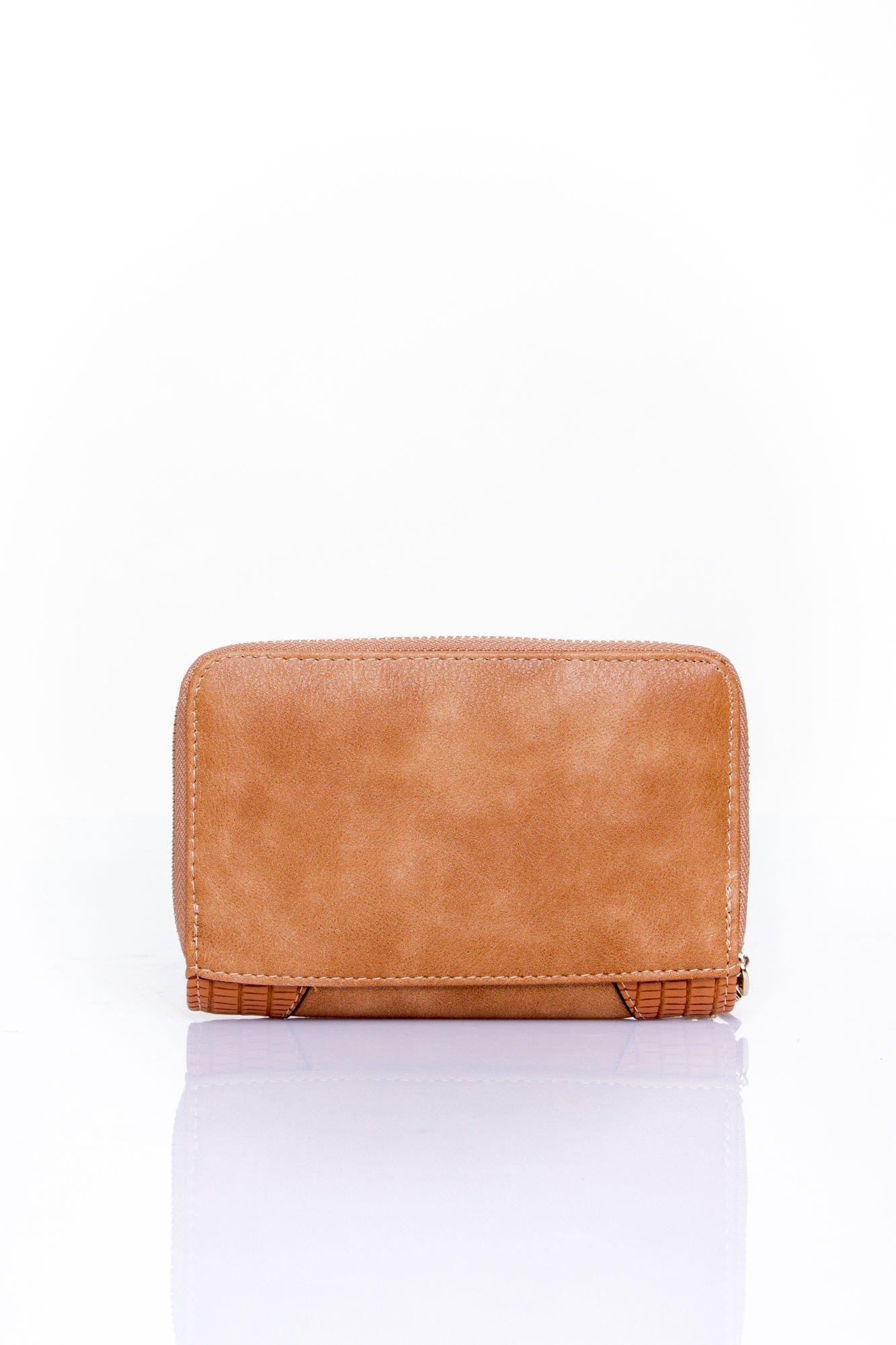 Brązowy portfel z ozdobną złotą klamrą                                  zdj.                                  2