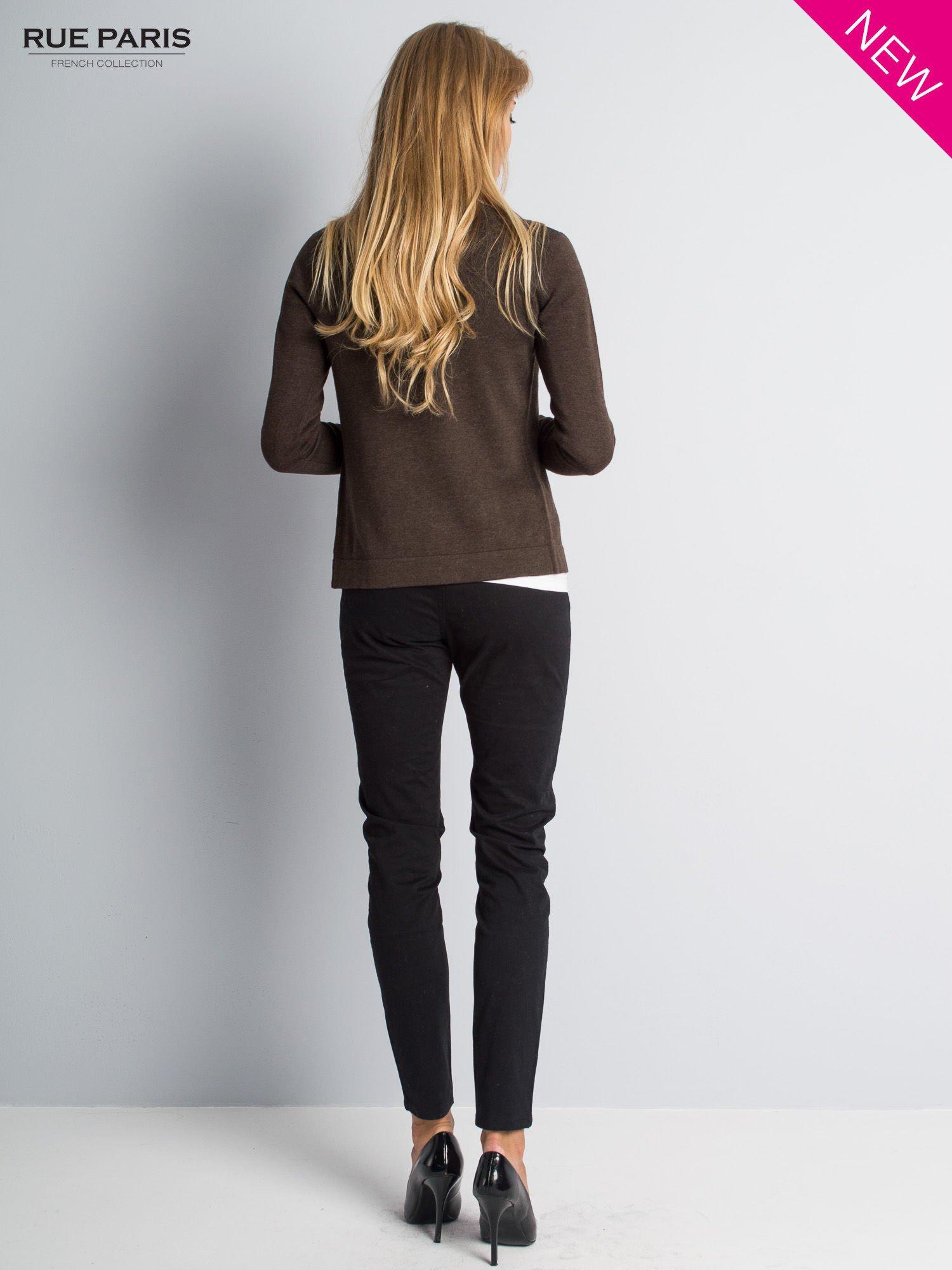 Brązowy sweter narzutka z kaskadowymi bokami                                  zdj.                                  7