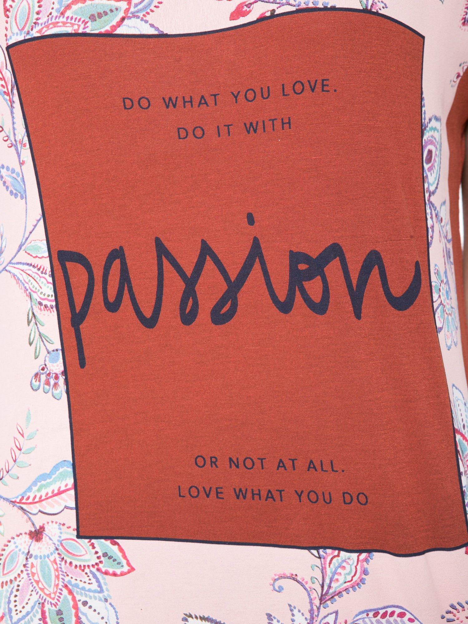 Brązowy t-shirt z nadrukiem PASSION                                  zdj.                                  7