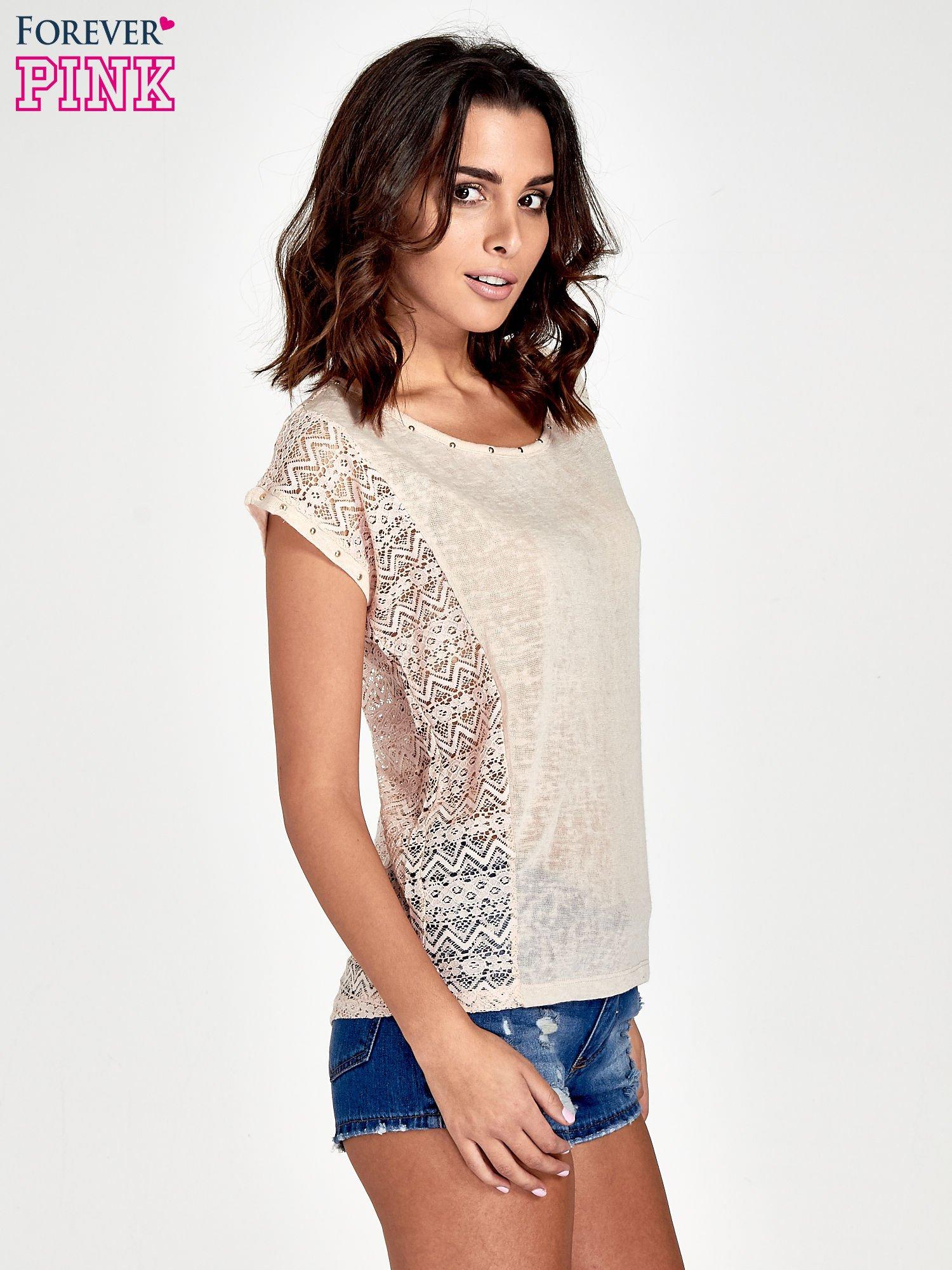 Brzoskwiniowy t-shirt z koronkowym tyłem i dżetami                                  zdj.                                  3