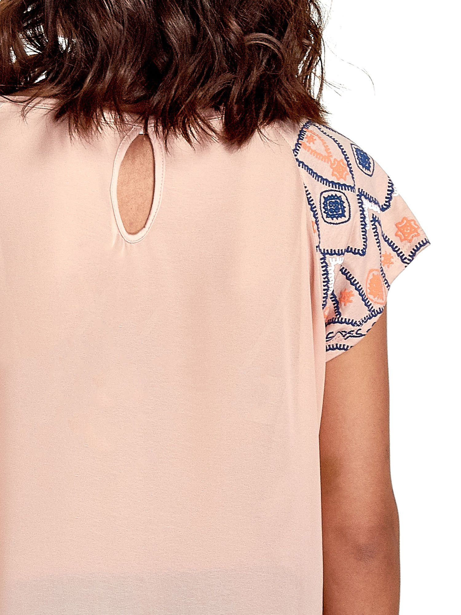 Brzoskwiniowy t-shirt z rękawkami w motyw etno                                  zdj.                                  6