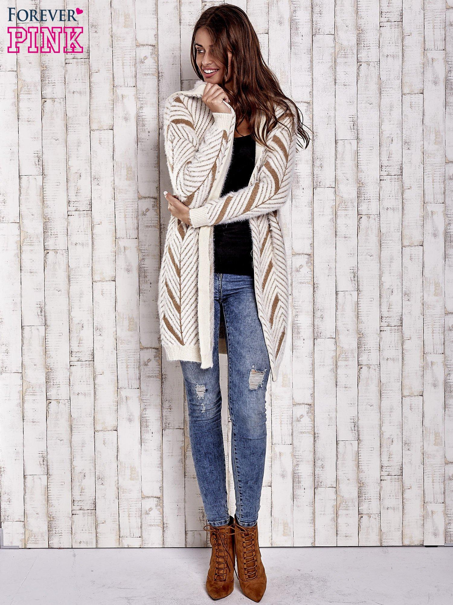 Camelowy włochaty sweter z kapturem                                  zdj.                                  3