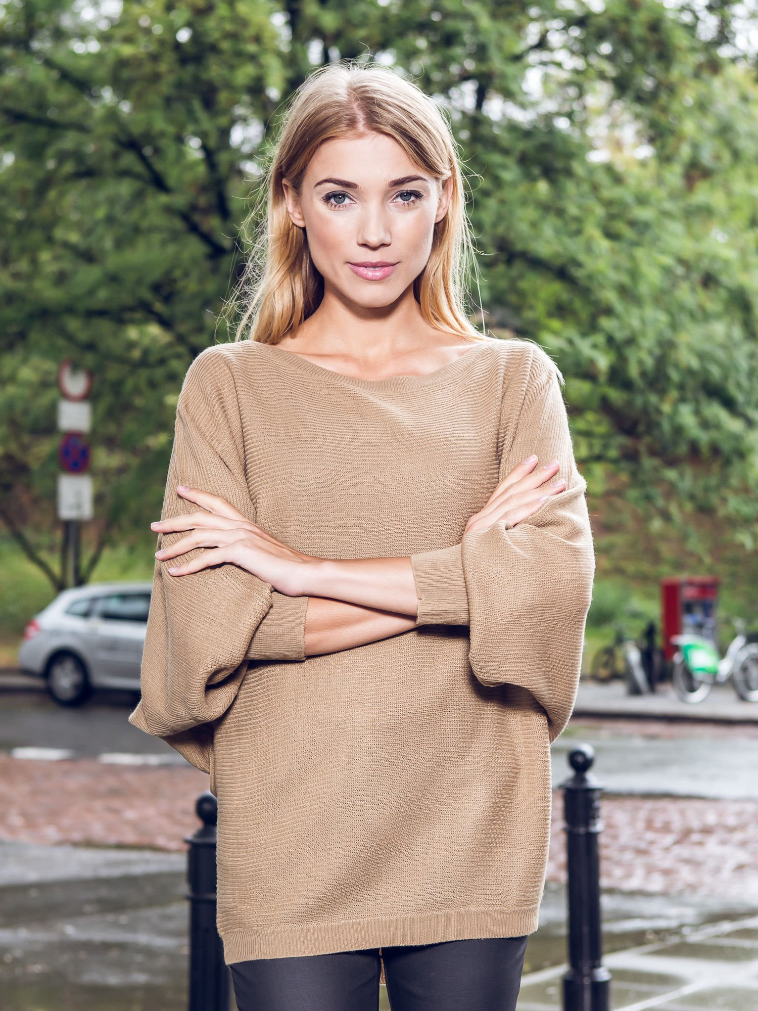 Ciemnobeżowy sweter z nietoperzowymi rękawami                                  zdj.                                  10