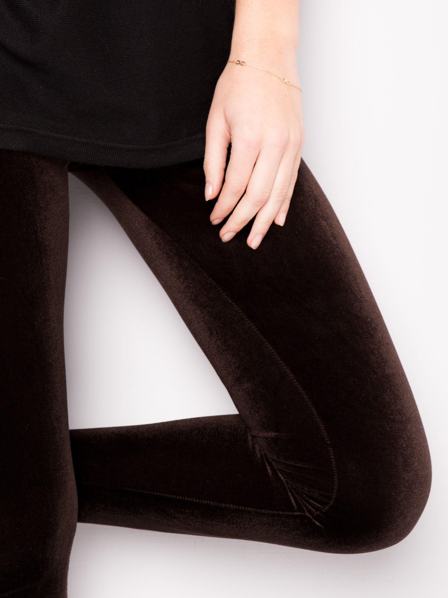 Ciemnobrązowe legginsy z weluru                                  zdj.                                  3