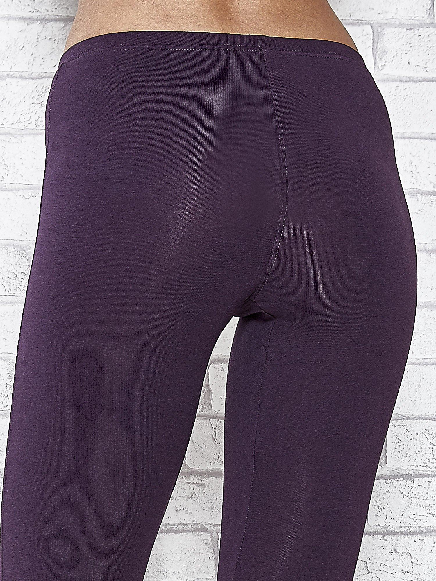 Ciemnofioletowe legginsy sportowe z dżetami i marszczoną nogawką za kolano                                  zdj.                                  5