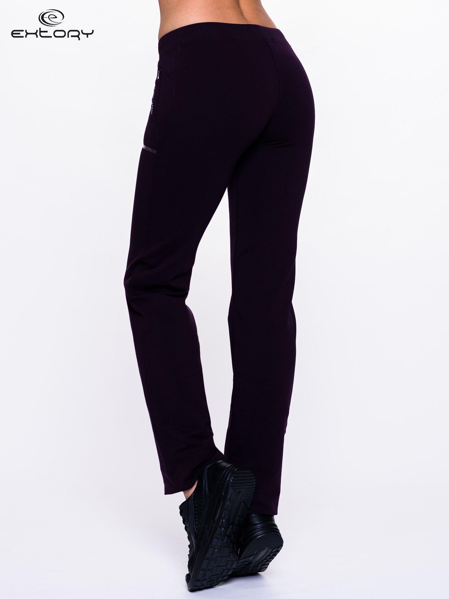 Ciemnofioletowe spodnie dresowe ze skórzaną lamówką                                  zdj.                                  2