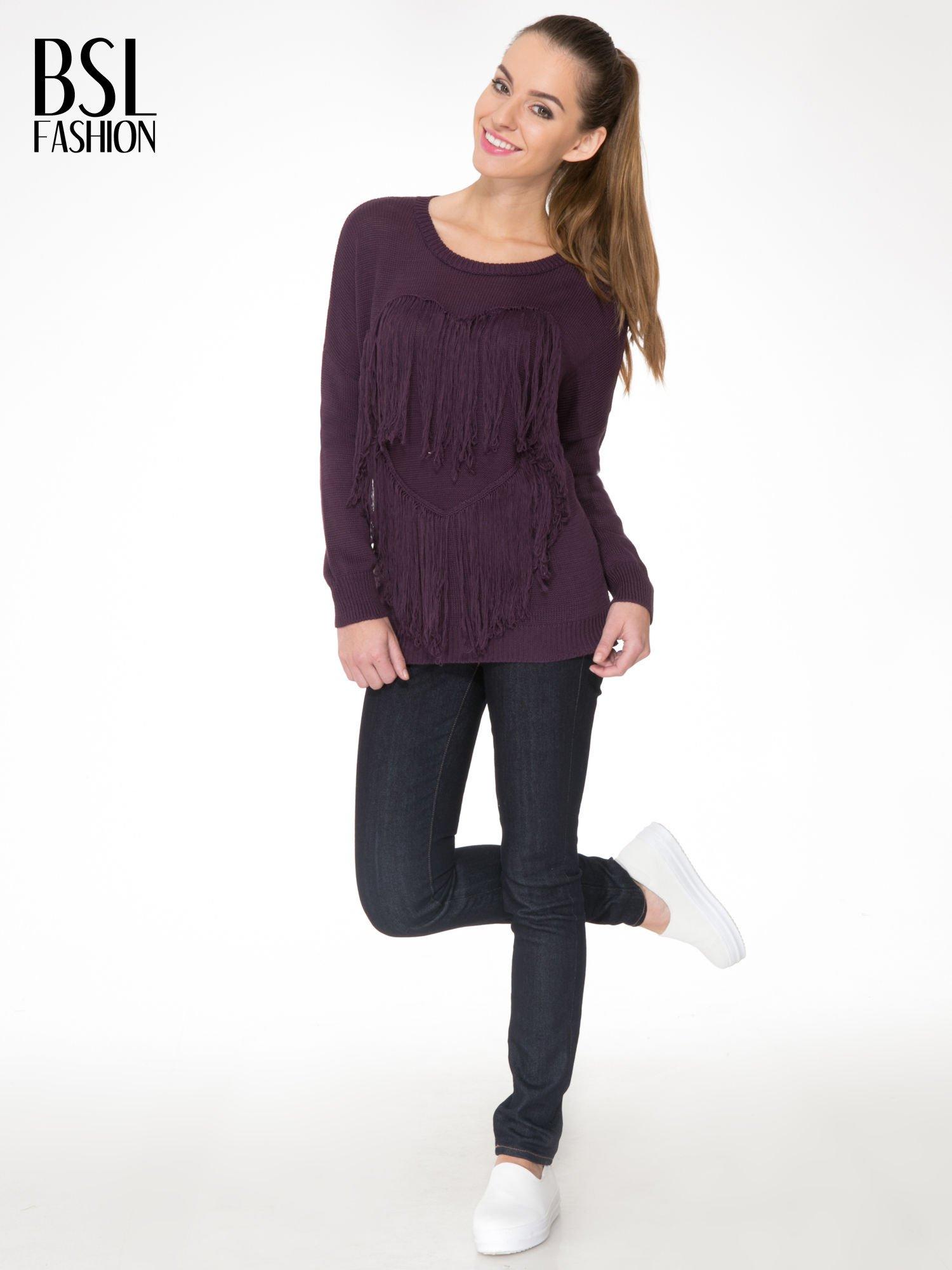 Ciemnofioletowy sweter z sercem obszytym frędzlami                                  zdj.                                  2