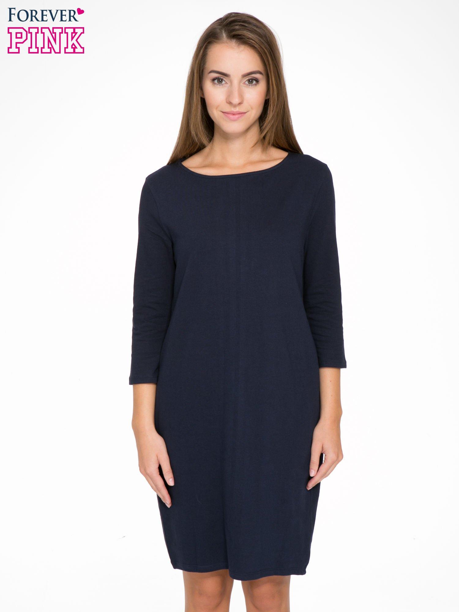 Ciemnogranatowa dresowa sukienka z kieszeniami po bokach                                  zdj.                                  1