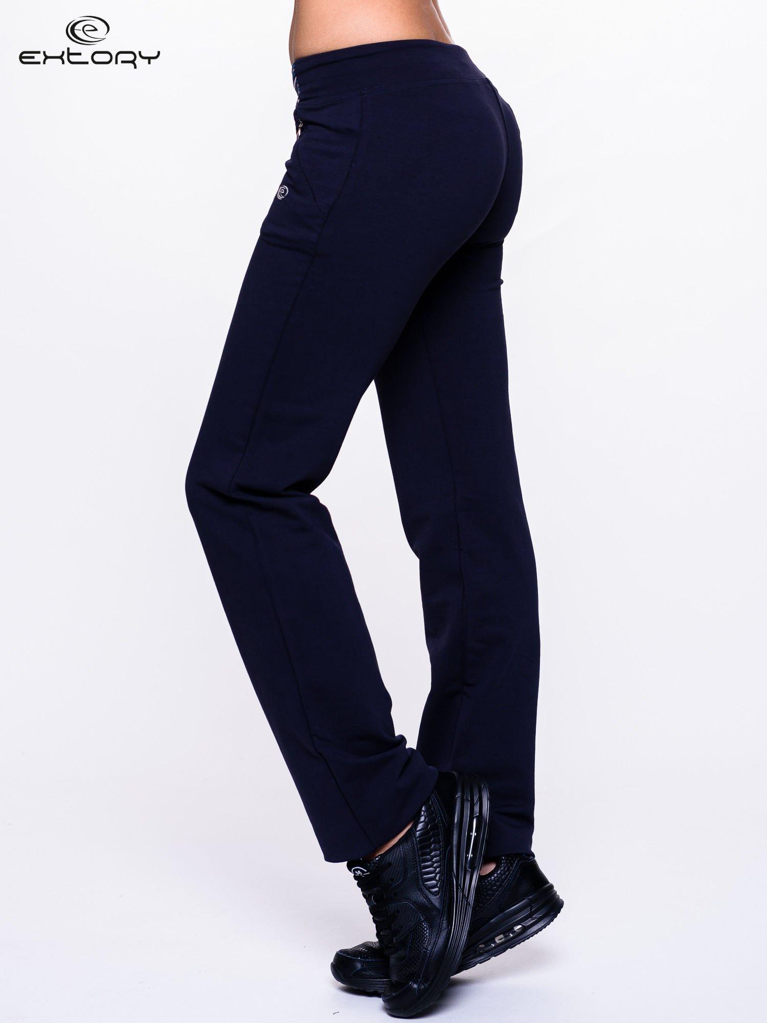Ciemnogranatowe spodnie dresowe z turkusową wstawką                                  zdj.                                  3