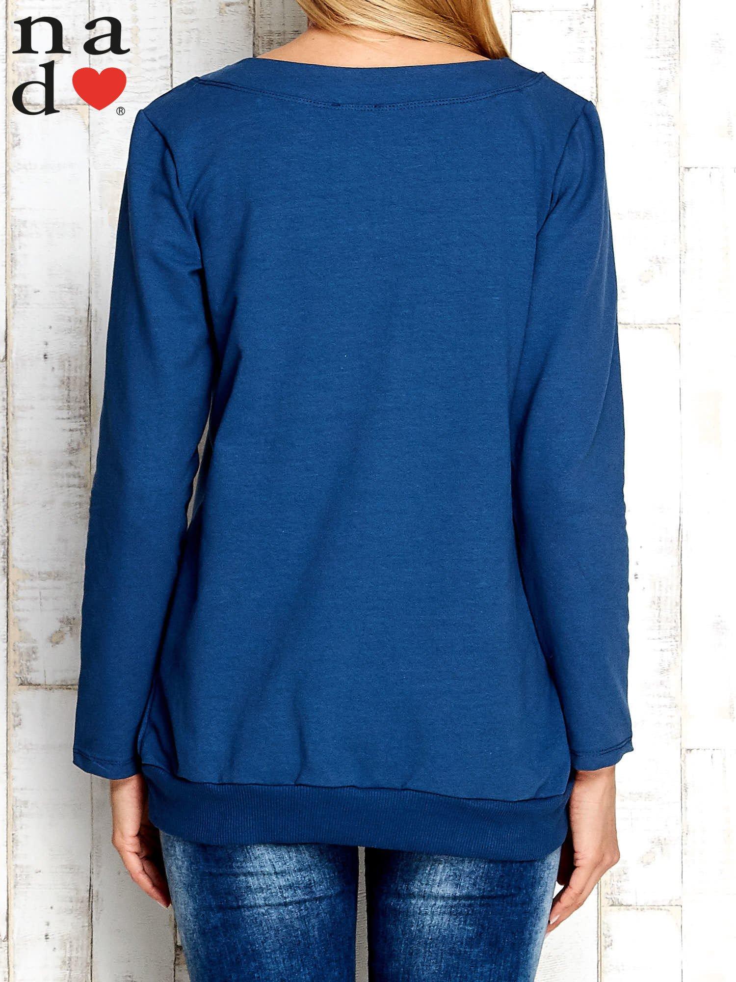 Ciemnoniebieska bluza z dekoltem w łódkę                                  zdj.                                  4