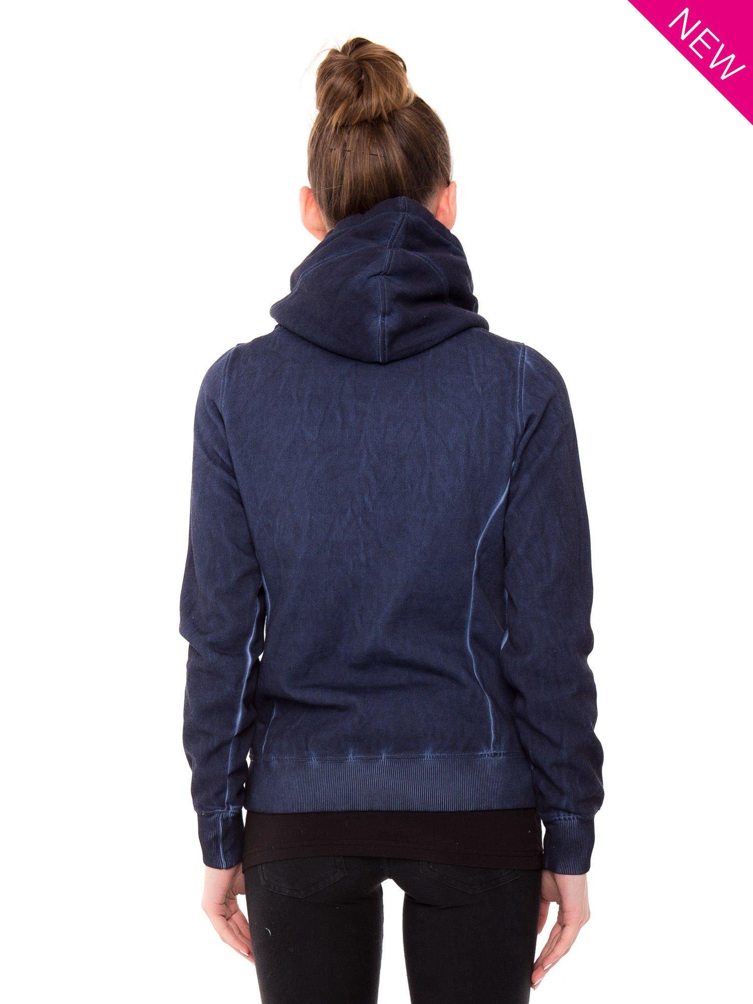 Ciemnoniebieska bluza z kapturem z efektem sprania                                  zdj.                                  2