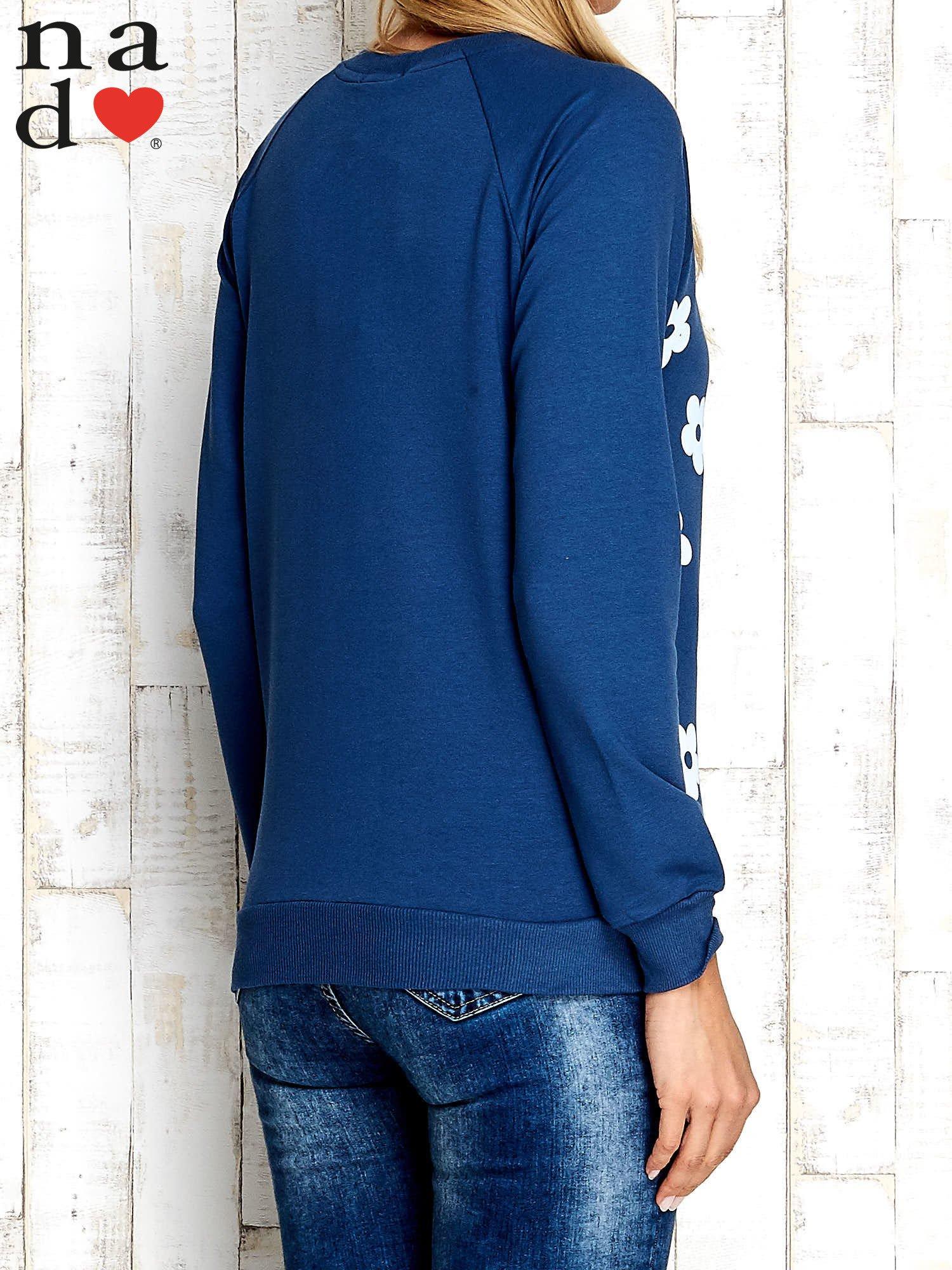 Ciemnoniebieska bluza z nadrukiem kwiatów                                  zdj.                                  2