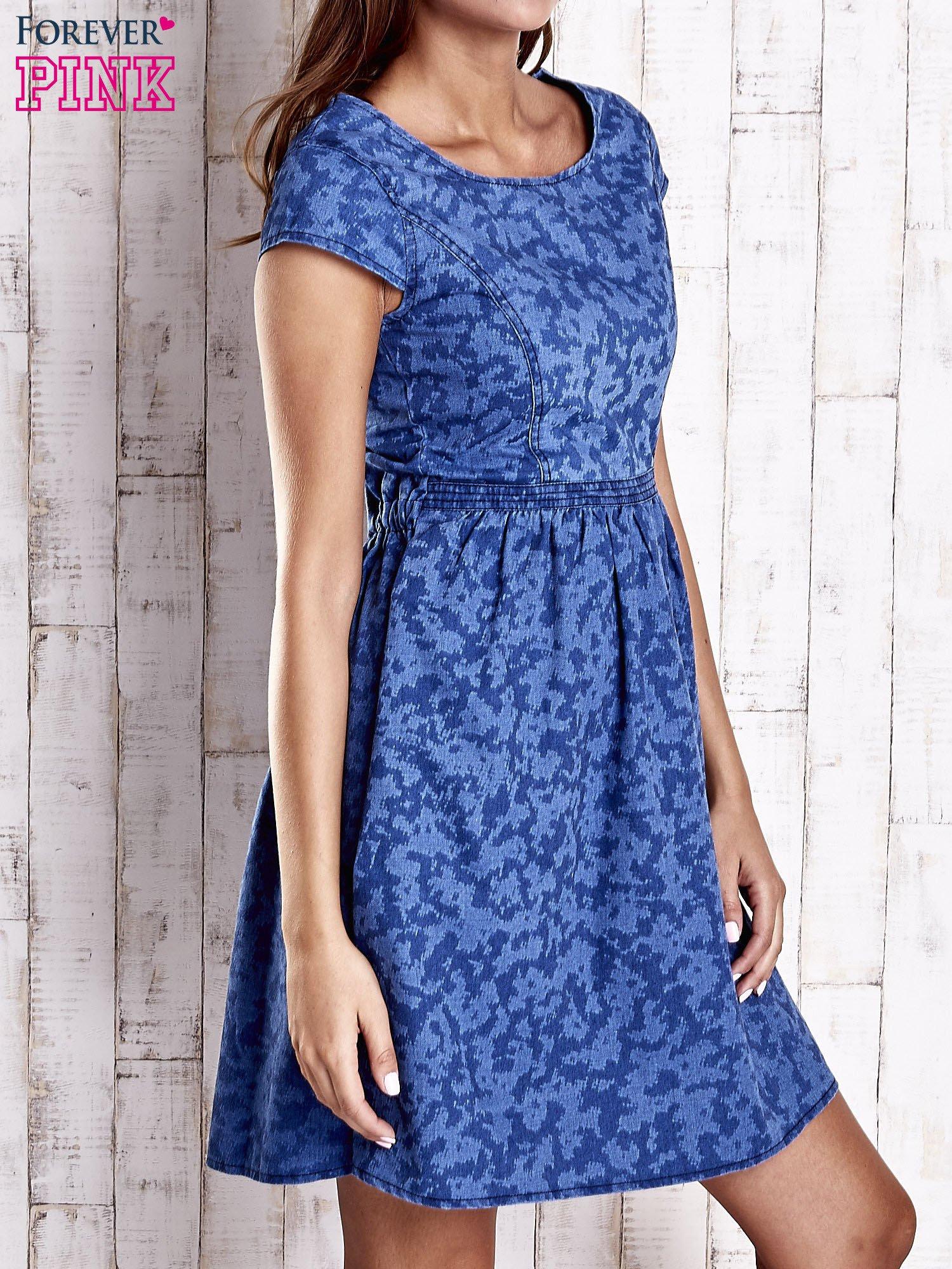 Ciemnoniebieska denimowa sukienka z wycięciem na plecach                                  zdj.                                  3
