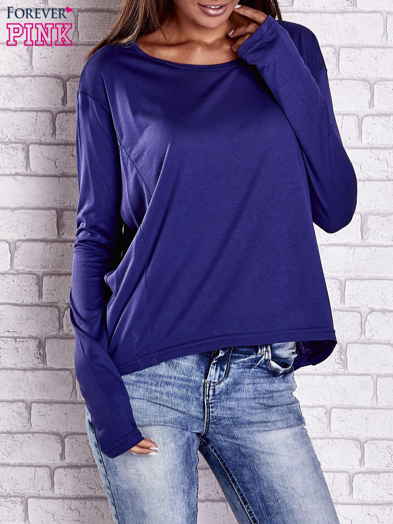 Ciemnoniebieska gładka bluzka z dłuższym tyłem                                  zdj.                                  1