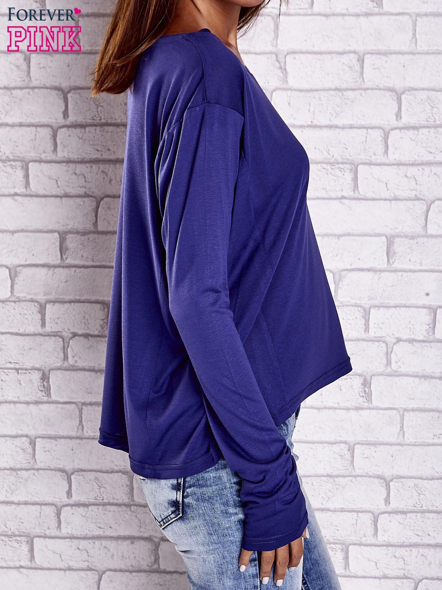 Ciemnoniebieska gładka bluzka z dłuższym tyłem                                  zdj.                                  4