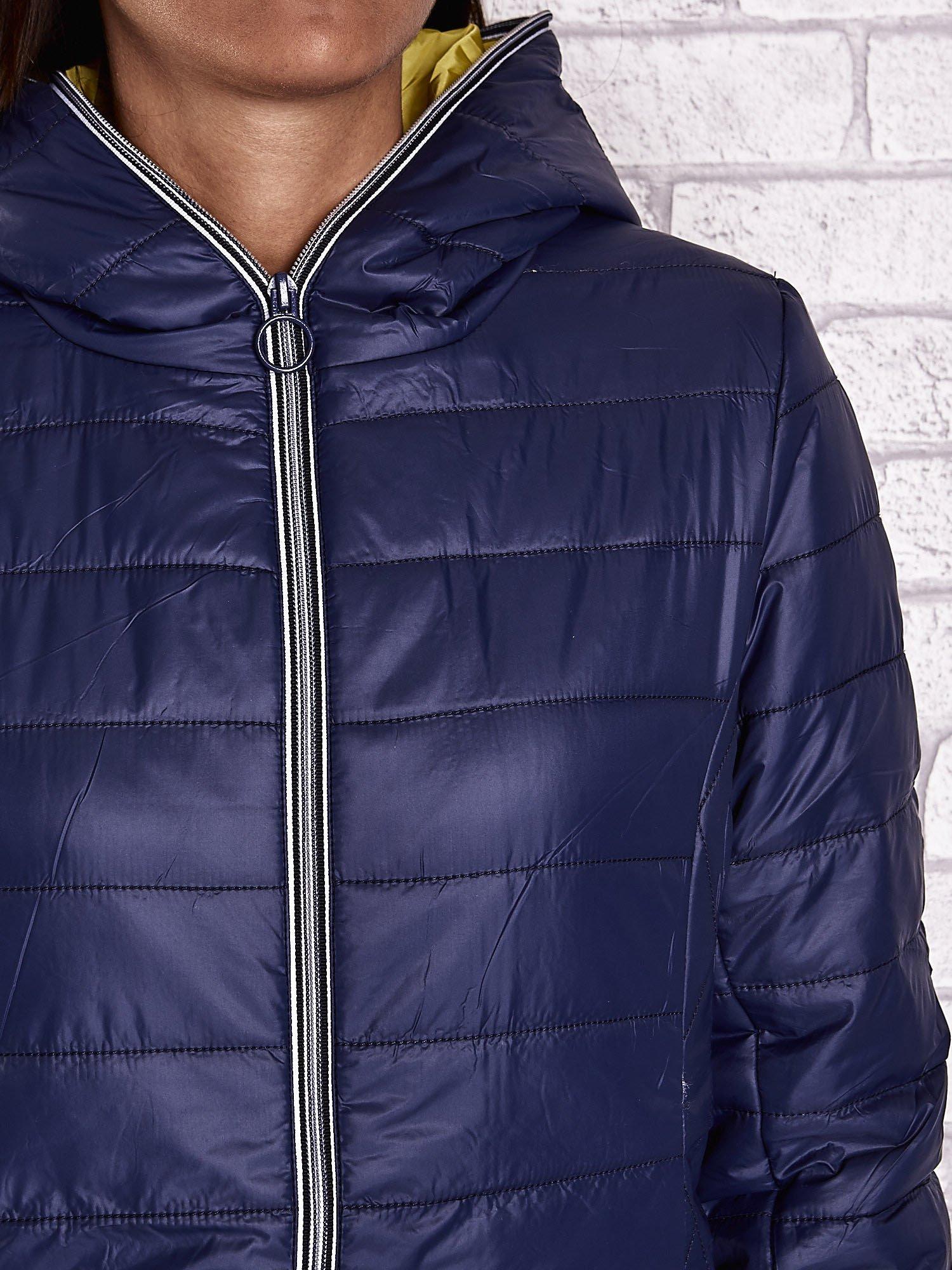 Ciemnoniebieska ocieplana kurtka z kontrastowym wykończeniem kaptura                                  zdj.                                  7