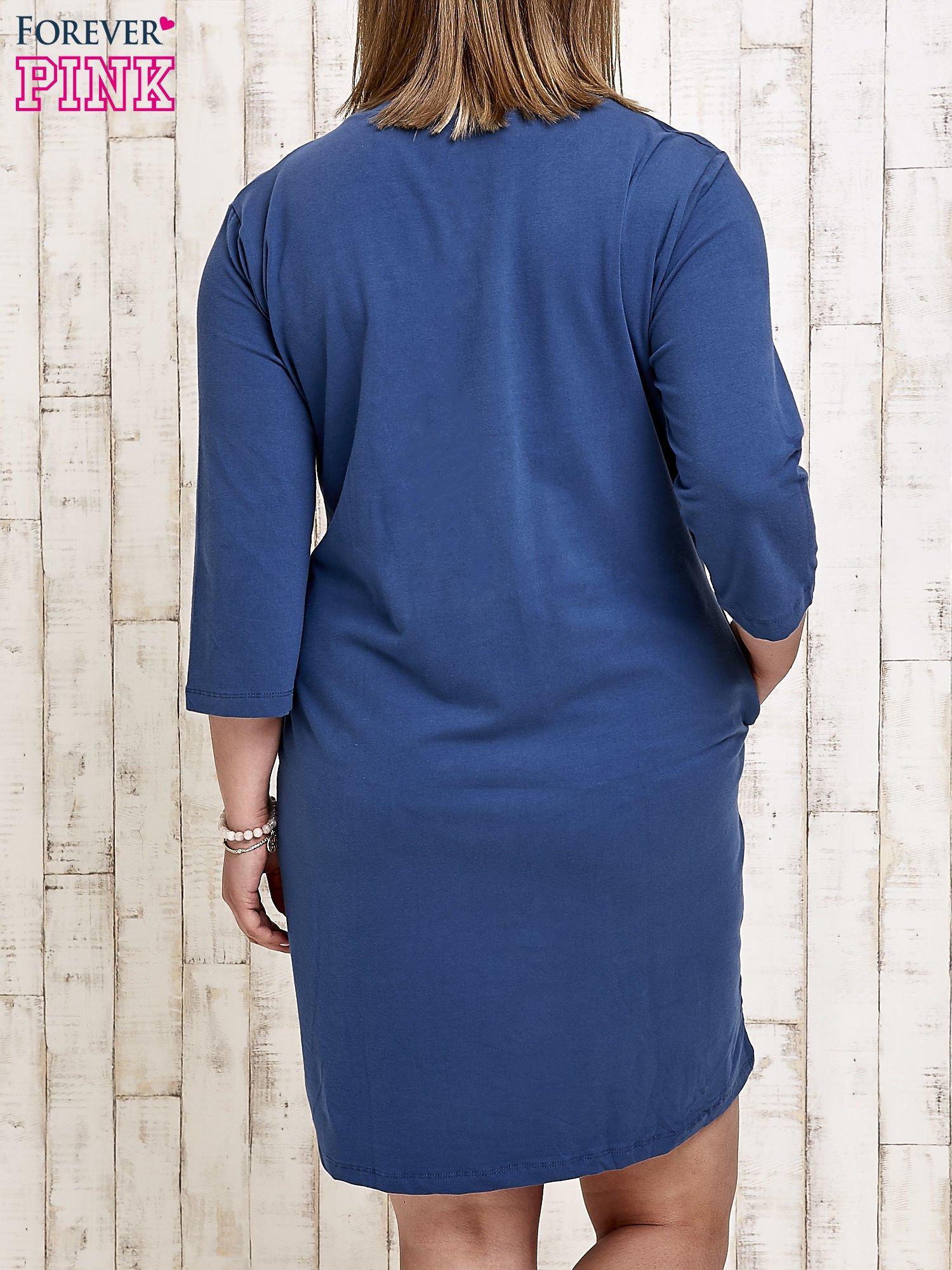 Ciemnoniebieska sukienka dresowa z dżetami PLUS SIZE                                  zdj.                                  4