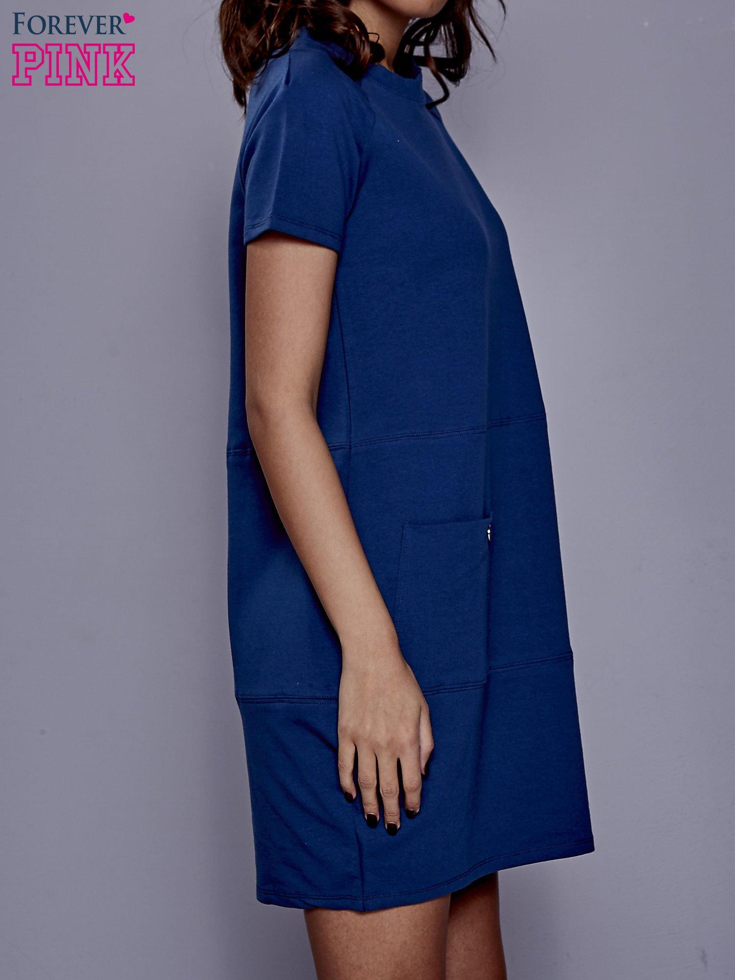 Ciemnoniebieska sukienka dresowa z kieszenią z boku                                  zdj.                                  3