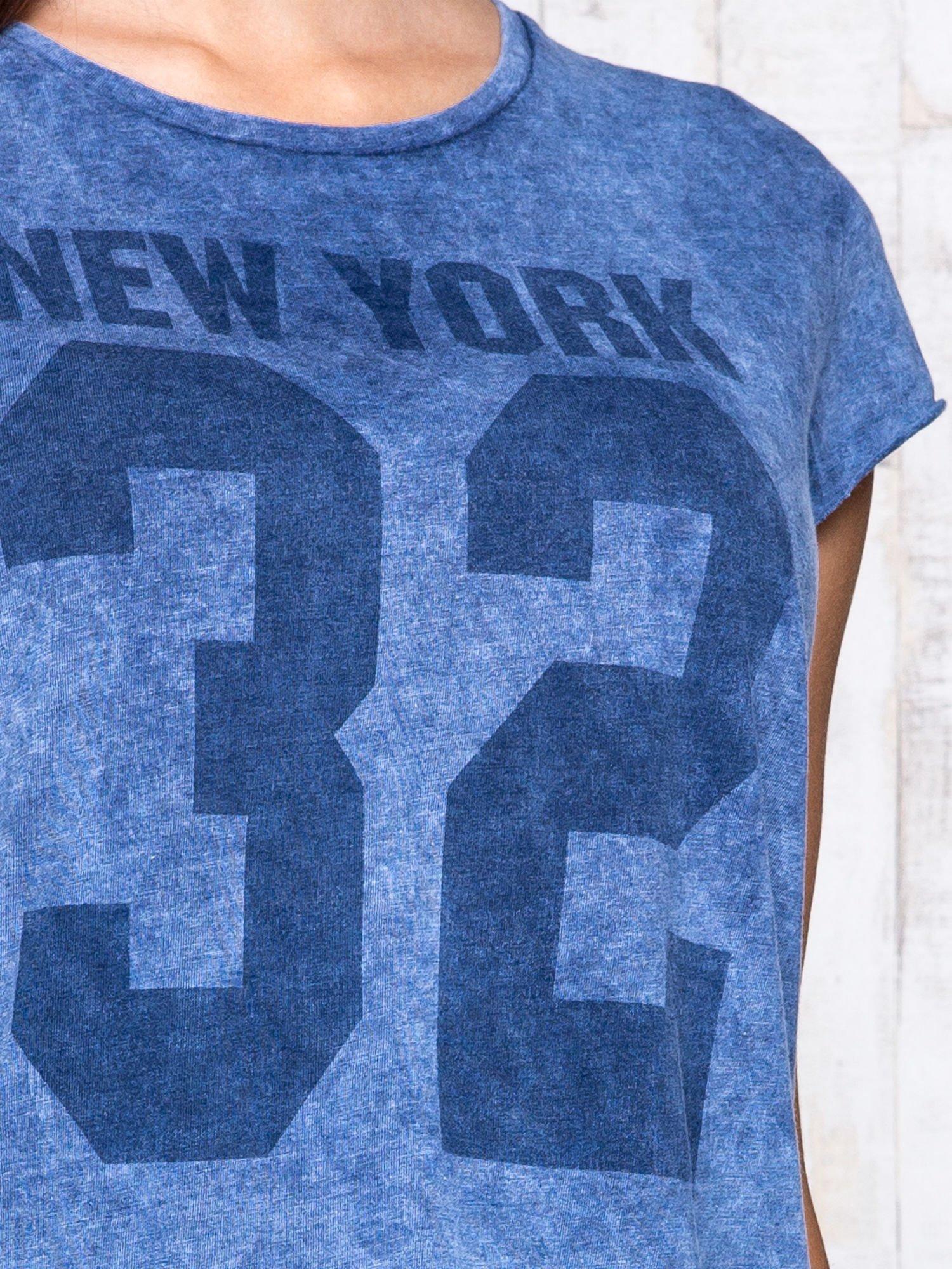Ciemnoniebieski dekatyzowany t-shirt z napisem NEW YORK                                  zdj.                                  6