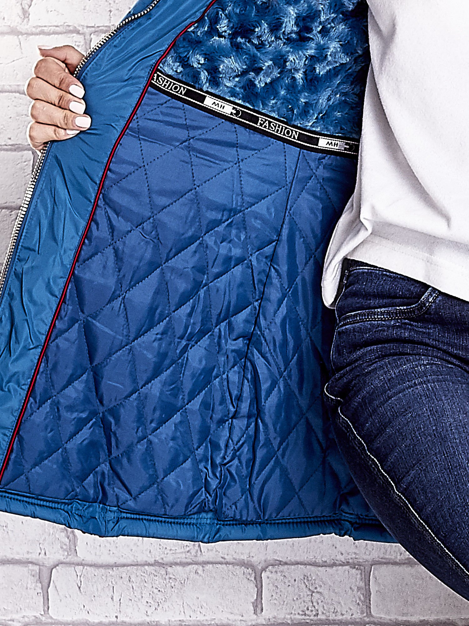 Ciemnoniebieski pikowany płaszcz ze złotymi suwakami                                  zdj.                                  8