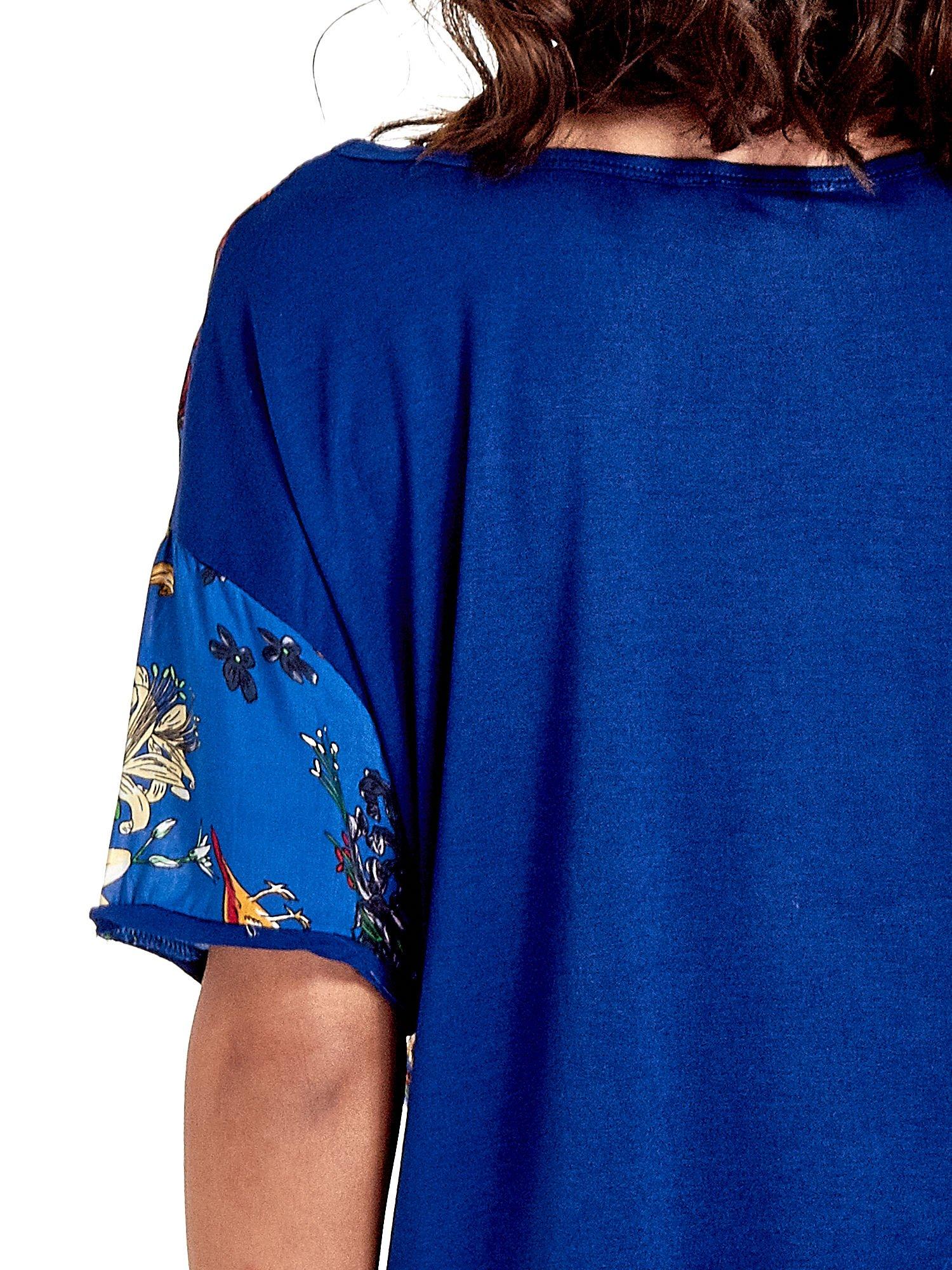 Ciemnoniebieski t-shirt we wzór roślinny                                  zdj.                                  5