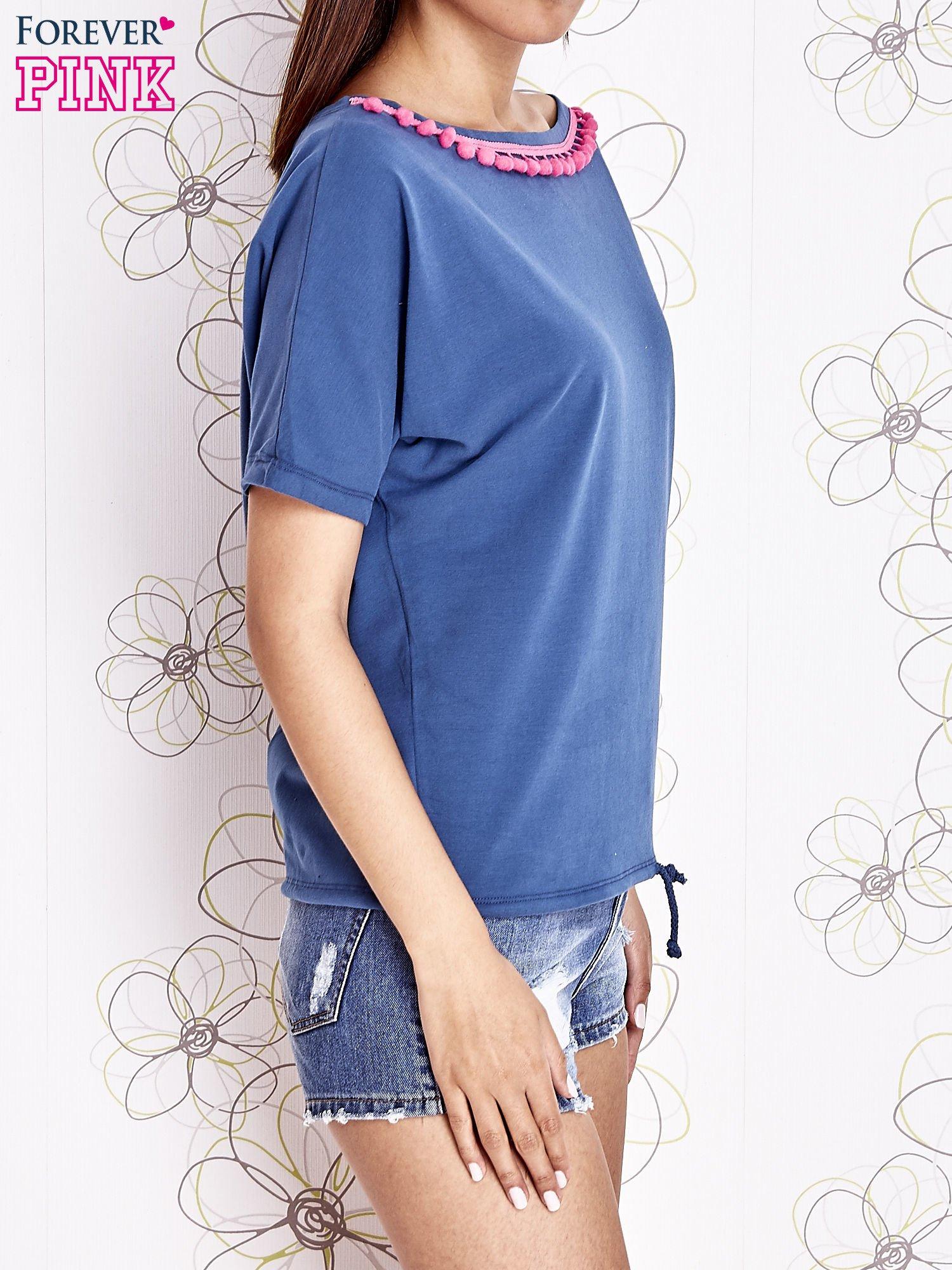 Ciemnoniebieski t-shirt z kolorowymi pomponikami przy dekolcie                                  zdj.                                  3