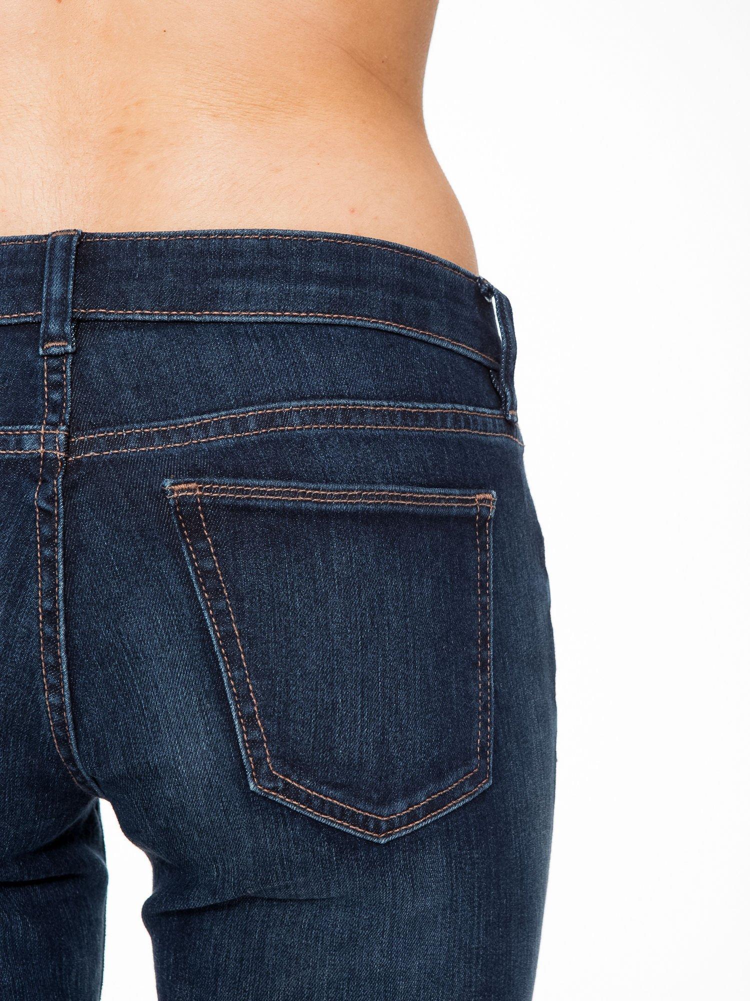 Ciemnoniebieskie spodnie jeansowe rurki                                   zdj.                                  6