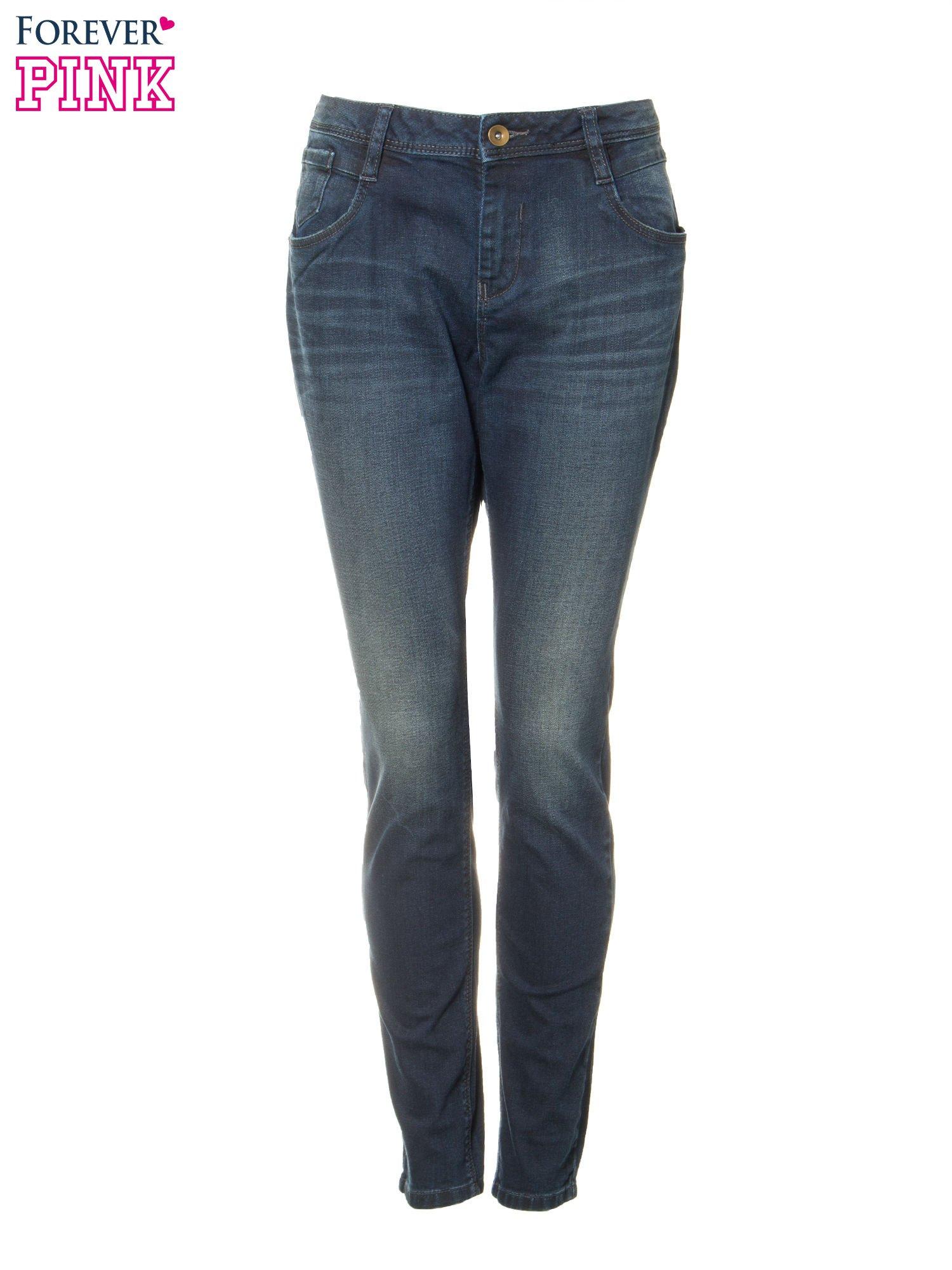 Ciemnoniebieskie spodnie jeansowe rurki z trójkątnymi kieszeniami tylnymi                                  zdj.                                  5