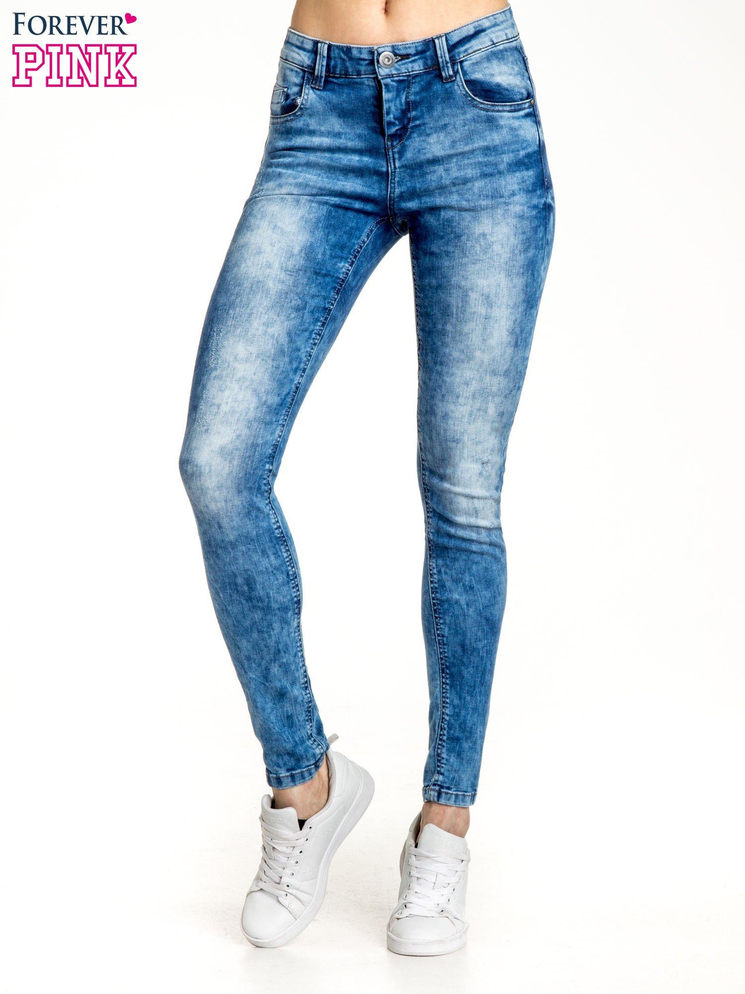 Ciemnoniebieskie spodnie jeansowe skinny z lekkim dekatyzowaniem                                  zdj.                                  1