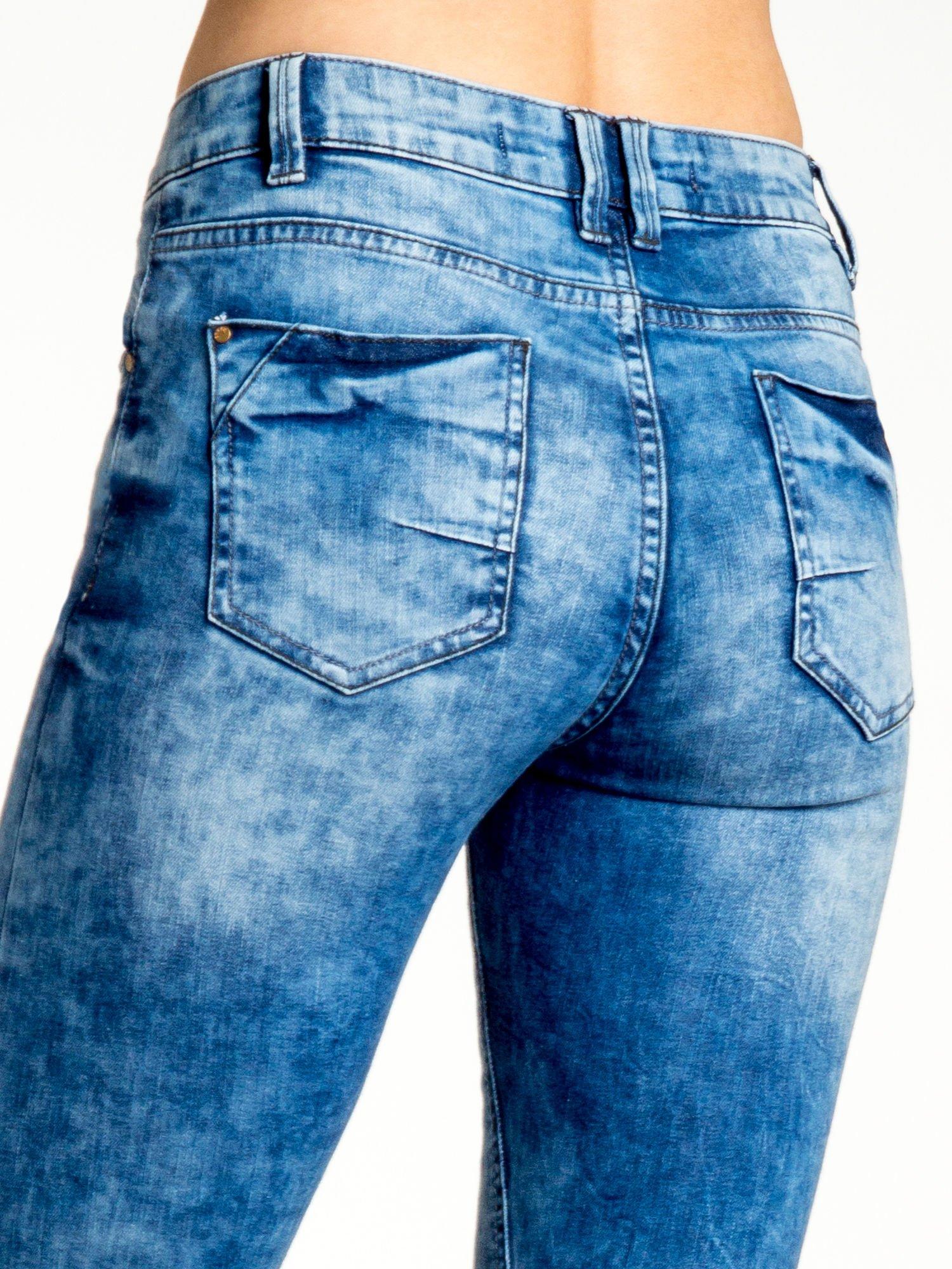 Ciemnoniebieskie spodnie jeansowe skinny z lekkim dekatyzowaniem                                  zdj.                                  6