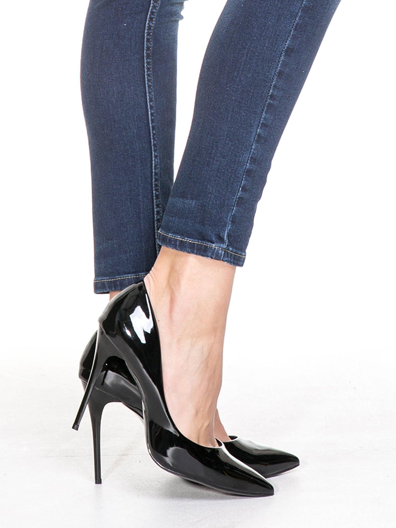 Ciemnoniebieskie spodnie skinny jeans z cieniowaniem i przetarciem                                  zdj.                                  4
