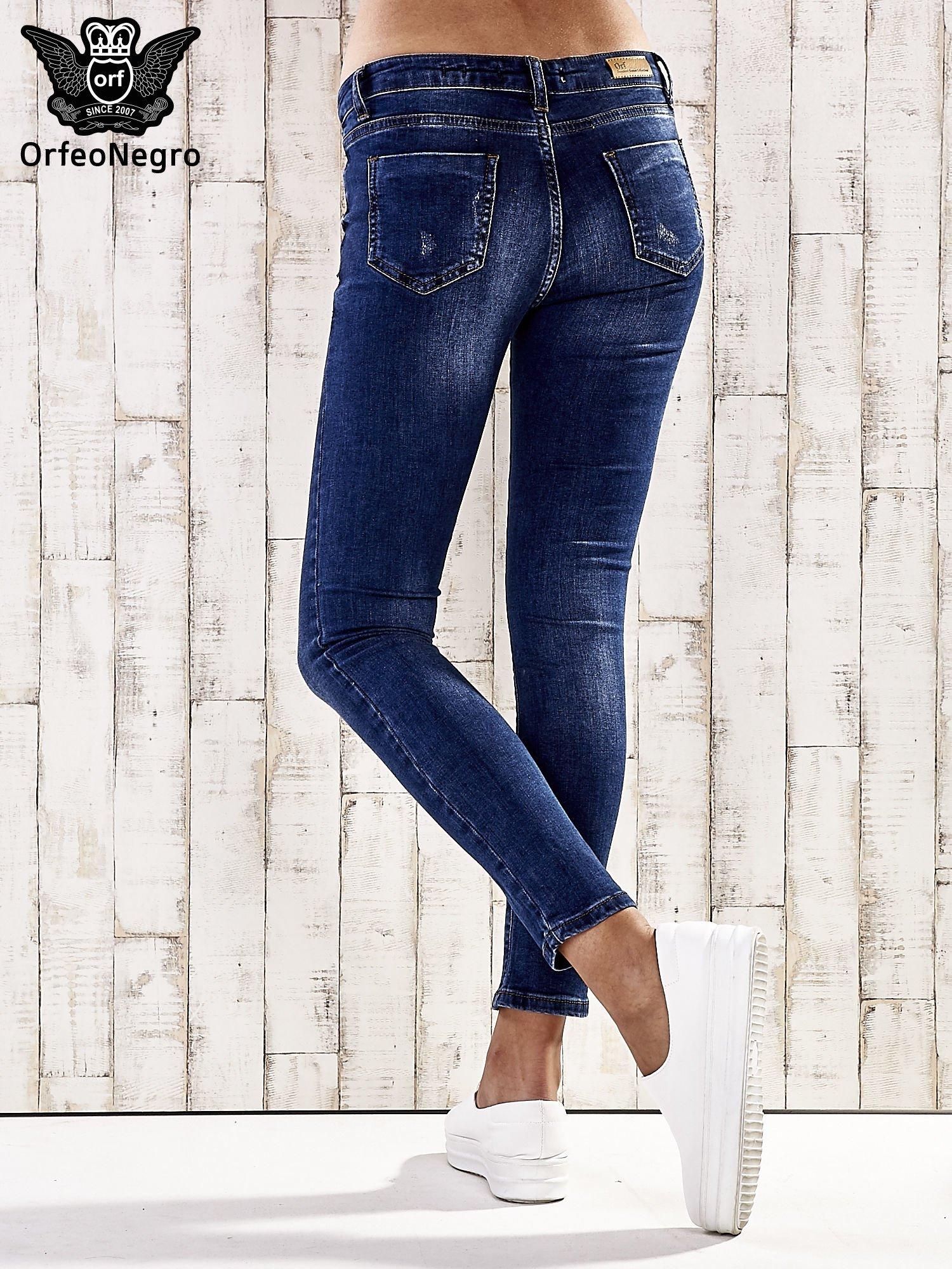 Ciemnoniebieskie spodnie skinny jeans ze złotymi ćwiekami                                  zdj.                                  3