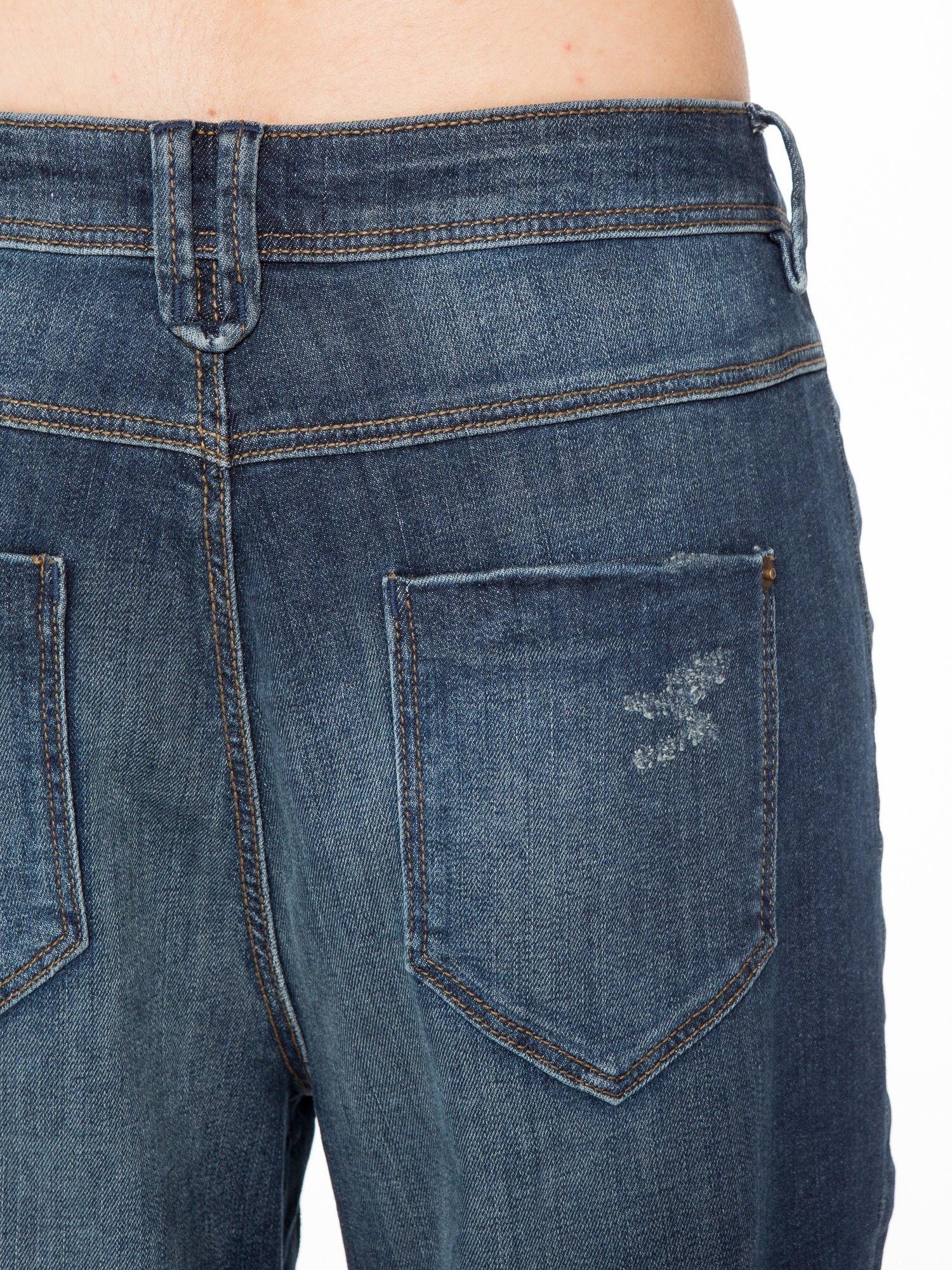 Ciemnoniebieskie spodnie typu boyfriend jeans z przetarciami                                  zdj.                                  8