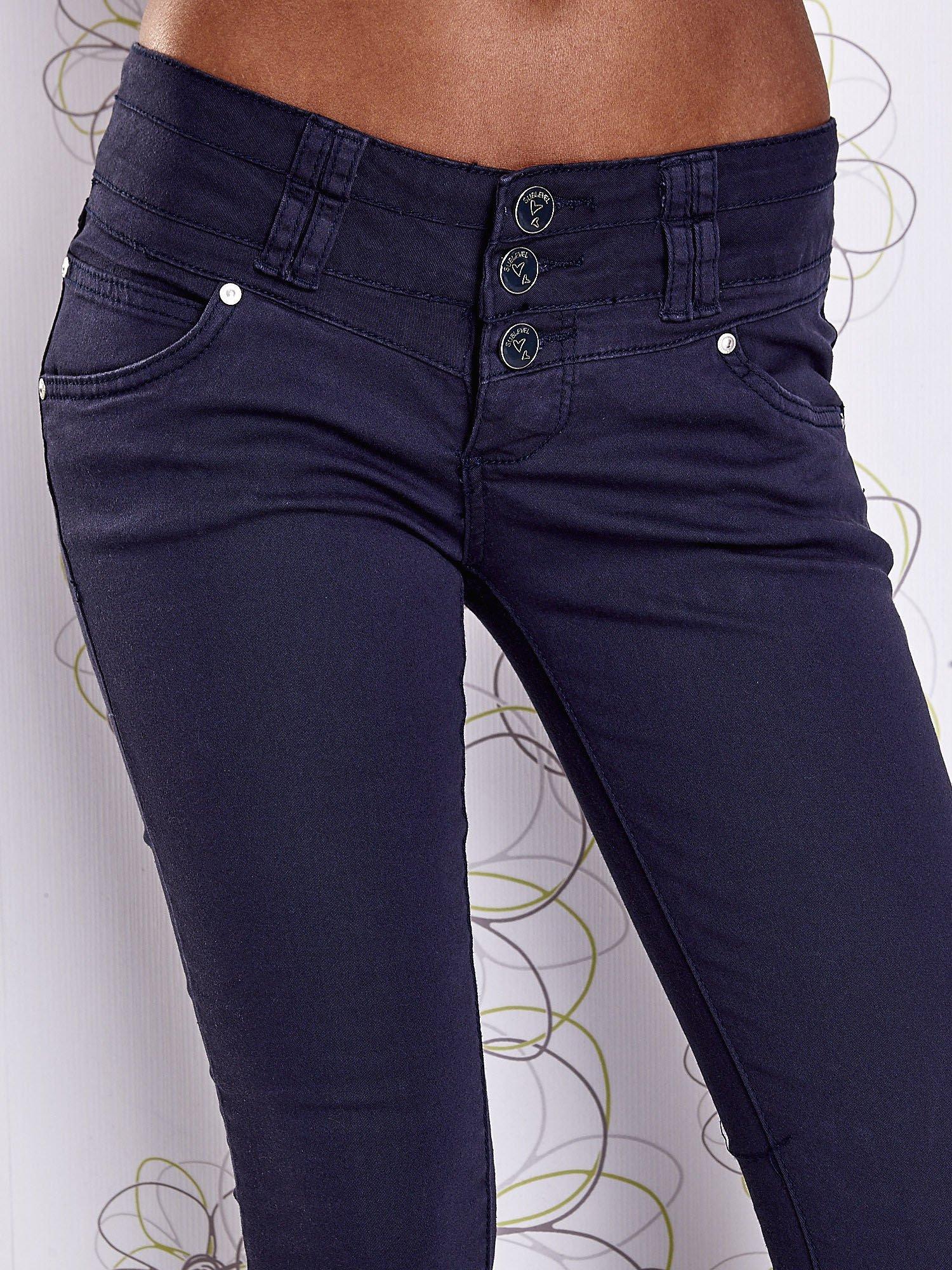 Ciemnoniebieskie strechowe spodnie skinny z kieszeniami                                  zdj.                                  4