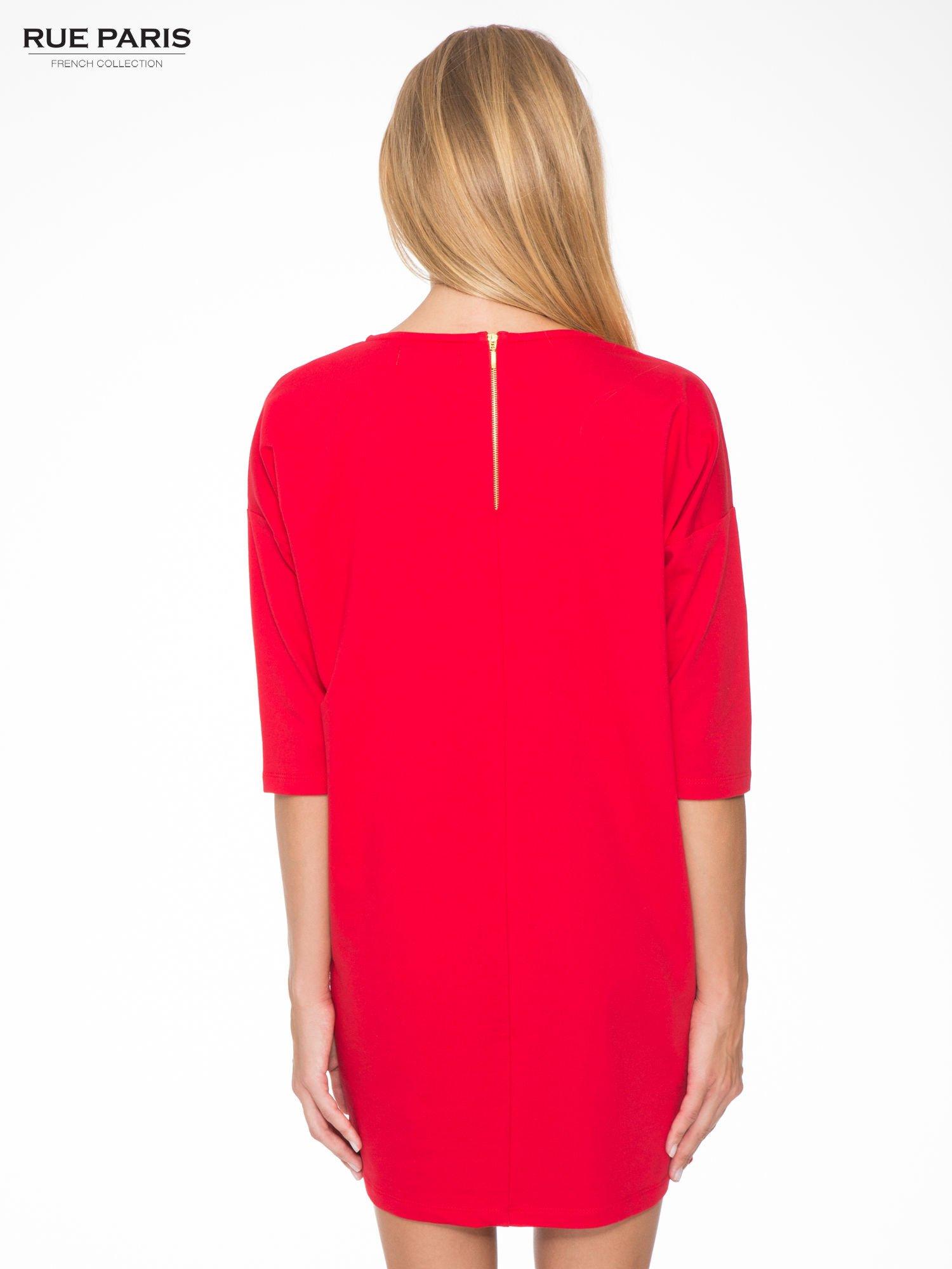 Ciemnoróżowa prosta sukienka z zamkiem z tyłu                                  zdj.                                  4