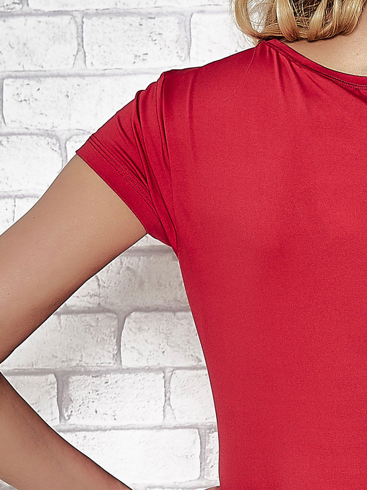 Ciemnoróżowy t-shirt sportowy z dekoltem w lekkie V                                  zdj.                                  7