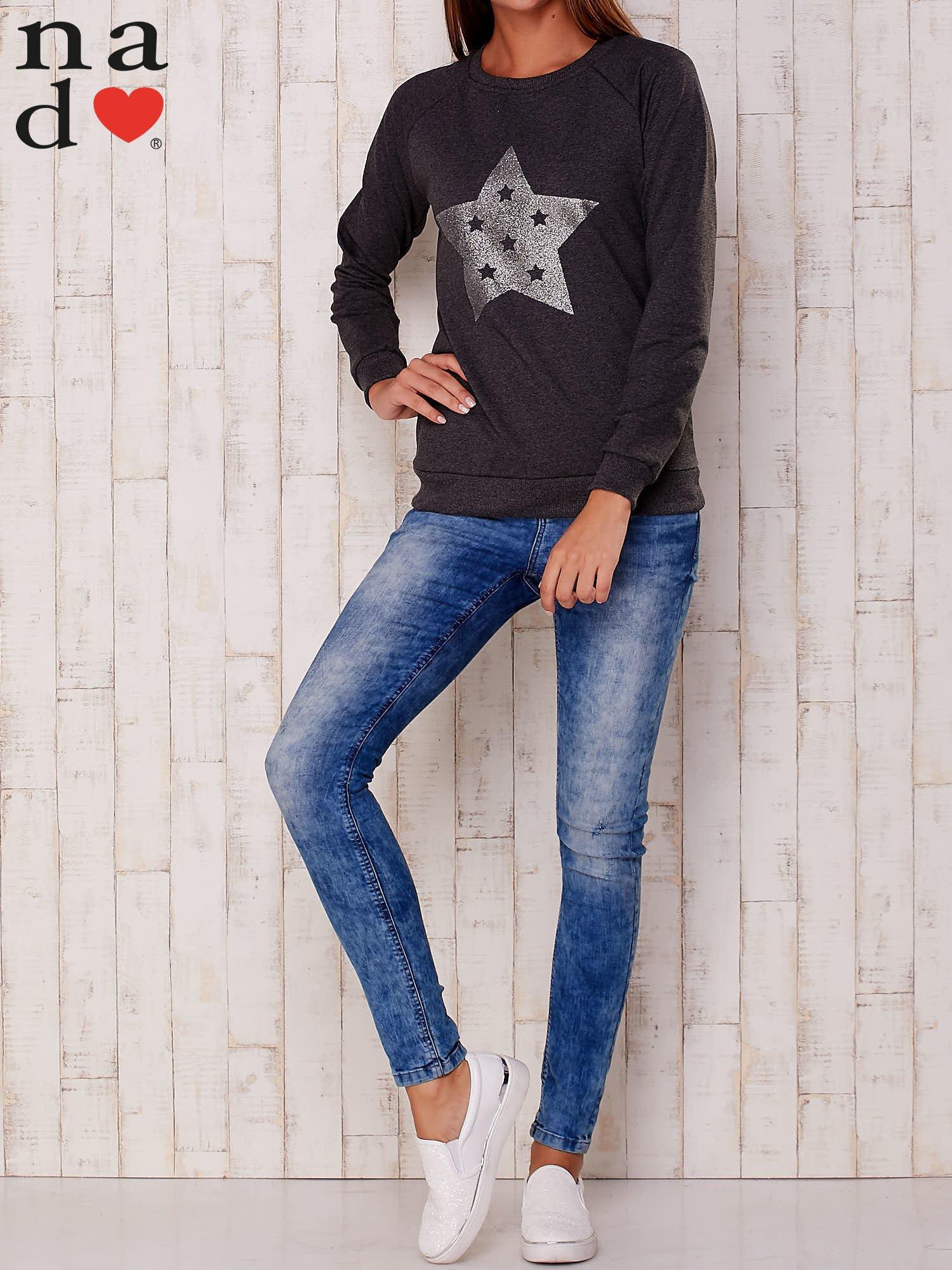 Ciemnoszara bluza z nadrukiem gwiazdy                                  zdj.                                  2