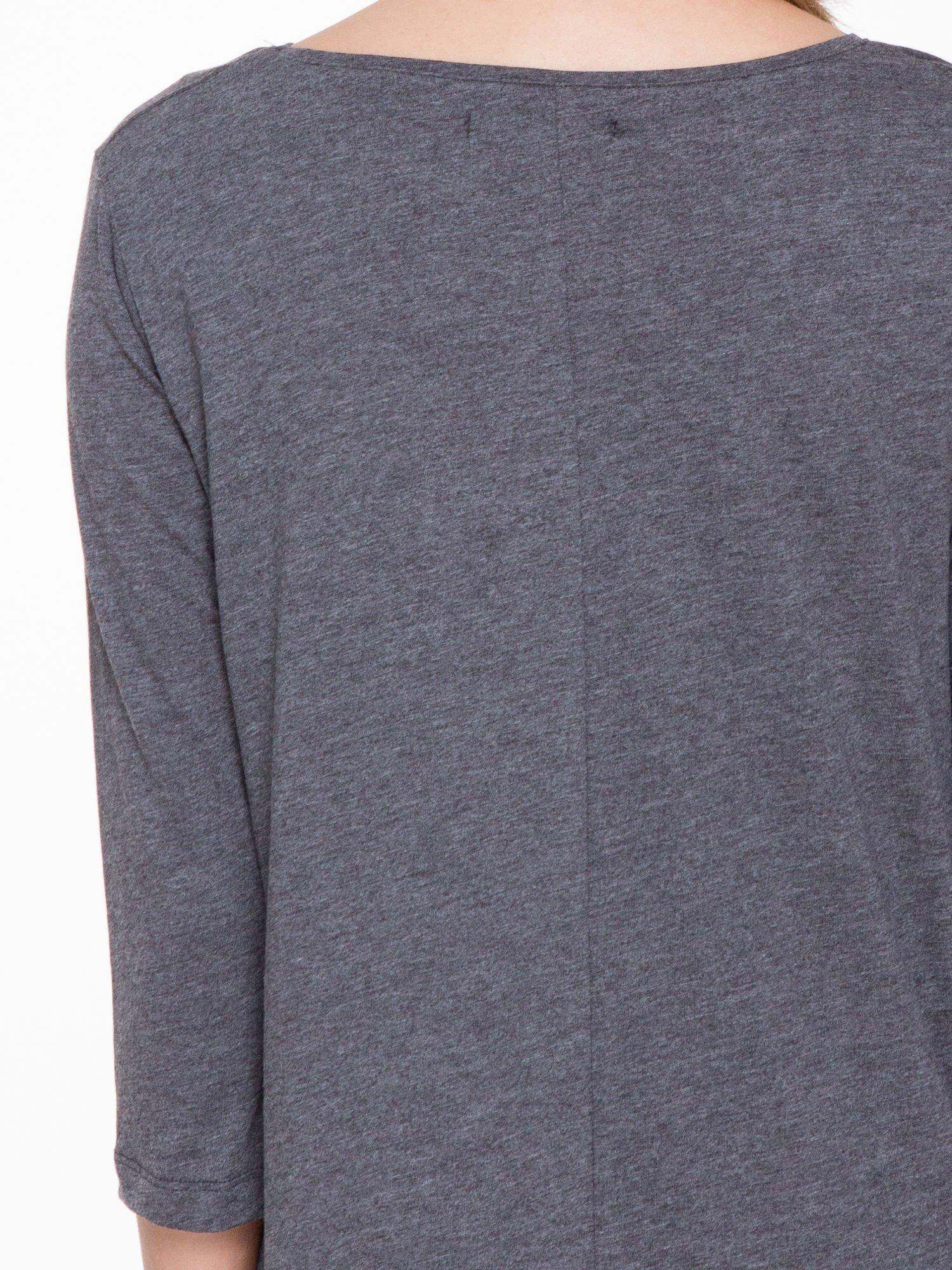 Ciemnoszara bluzka o rozkloszowanym kroju z rękawem 3/4                                  zdj.                                  5