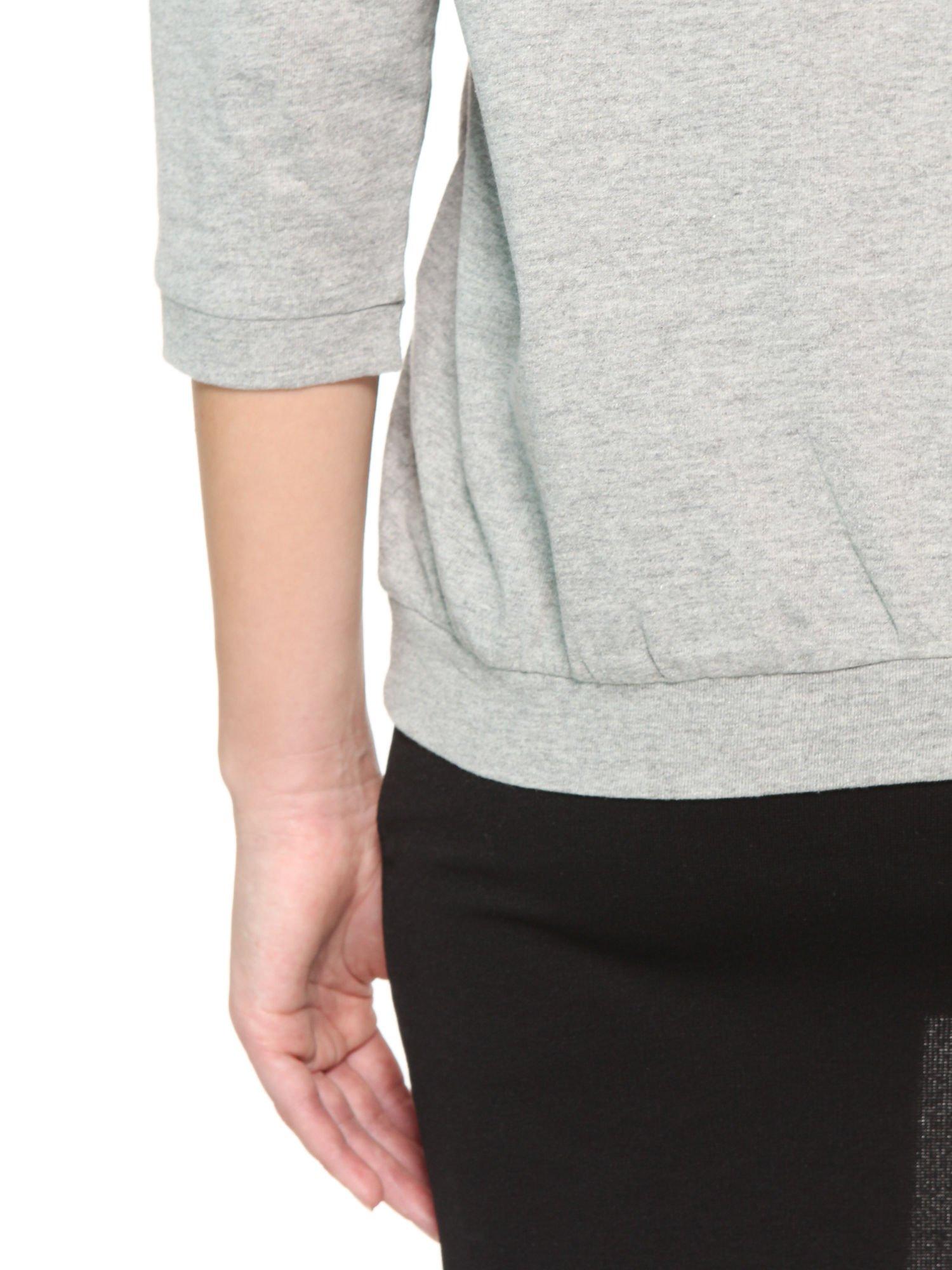 Ciemnoszara bluzka z rękawem 3/4 i lekkim ściągaczem na dole                                  zdj.                                  9