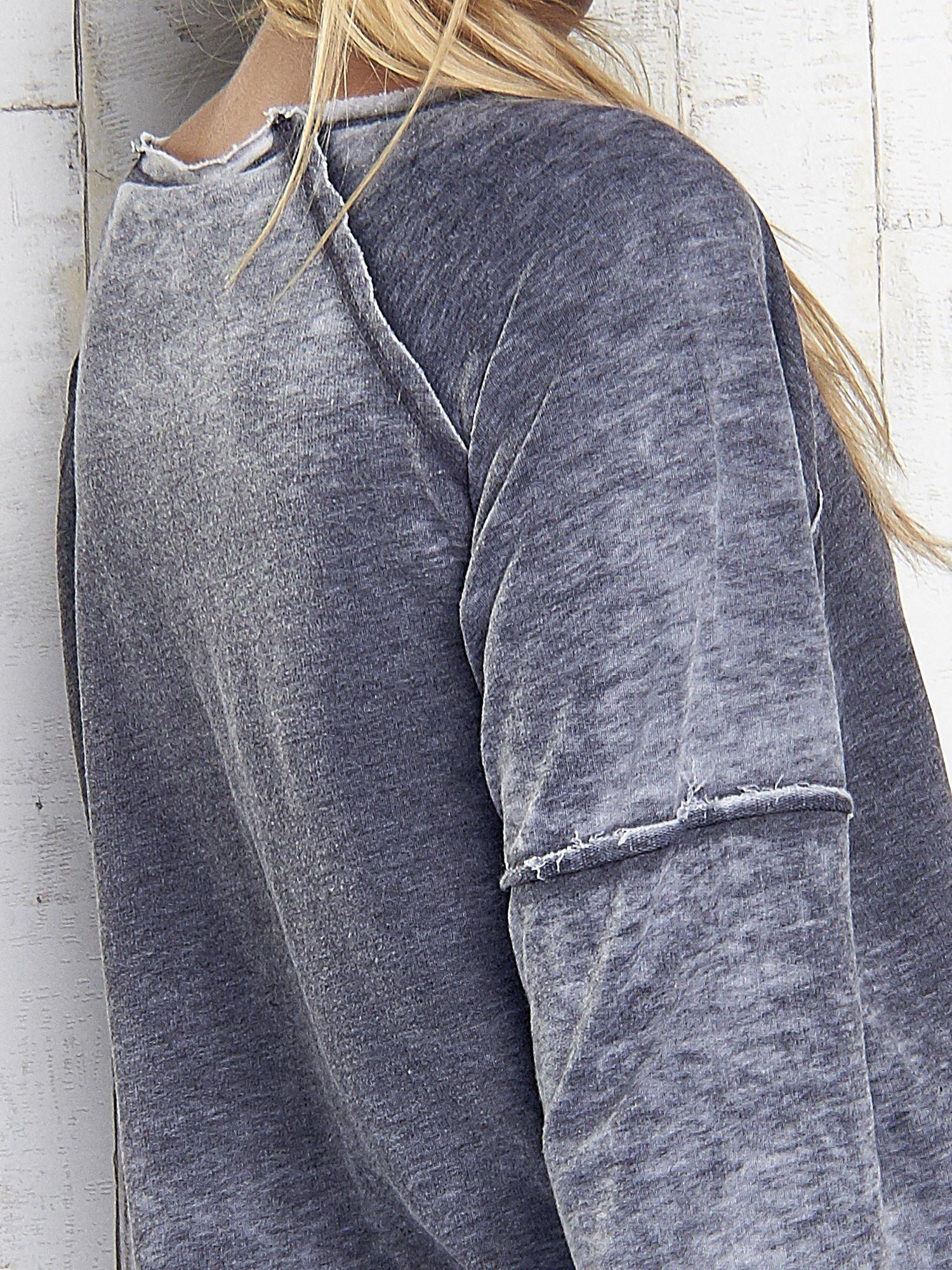 Ciemnoszara dekatyzowana bluza z surowym wykończeniem                                  zdj.                                  6