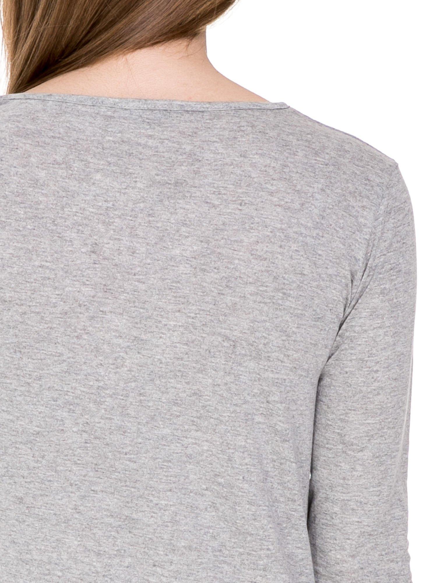 Ciemnoszara melanżowa bluzka z dłuższym tyłem                                  zdj.                                  7