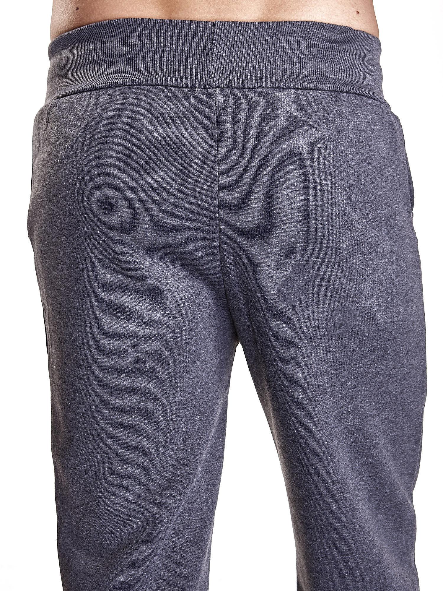Ciemnoszare dresowe spodnie męskie z trokami w pasie i kieszeniami                                  zdj.                                  6