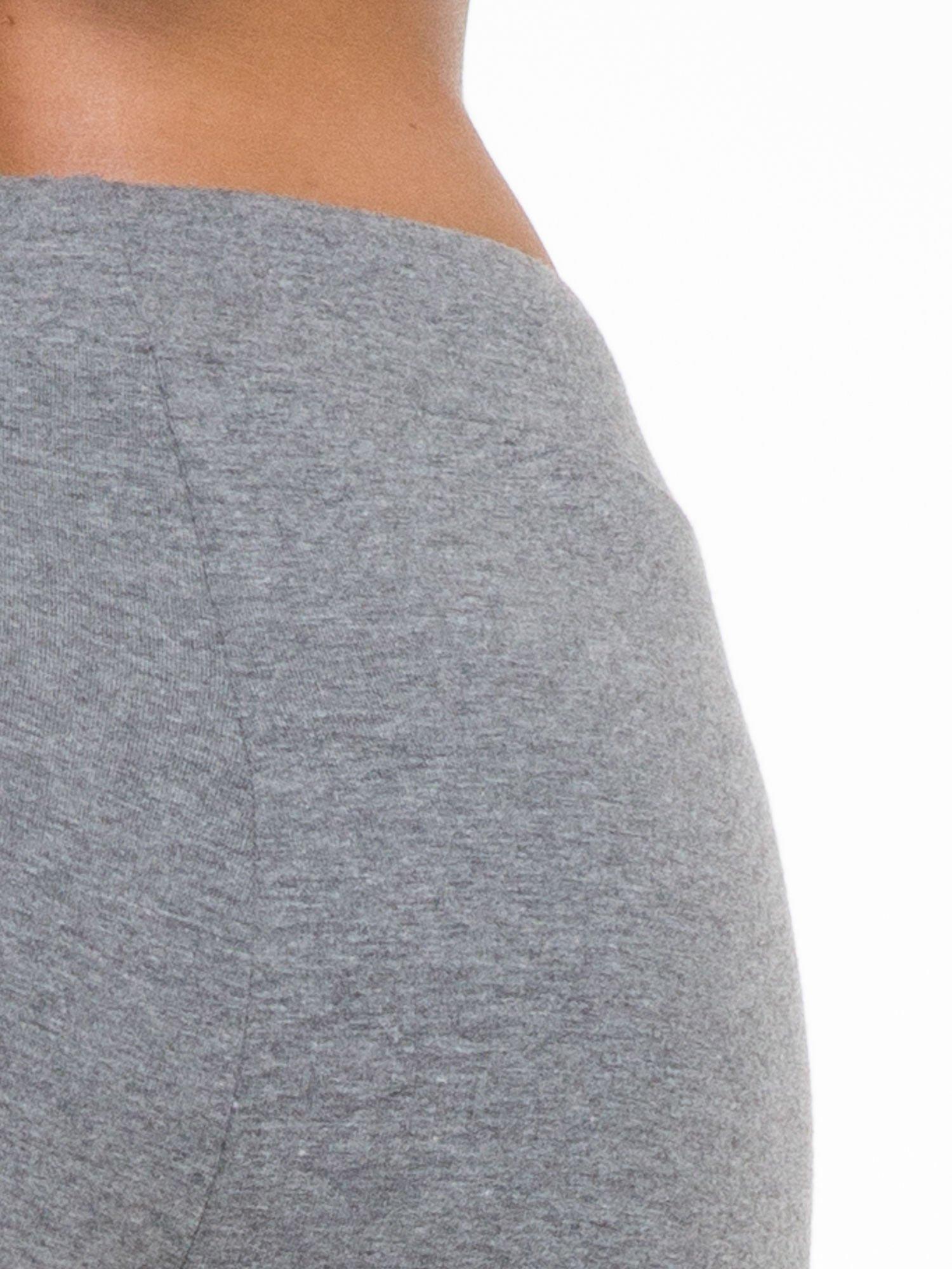 Ciemnoszare proste spodnie dresowe wiązane w pasie                                  zdj.                                  5