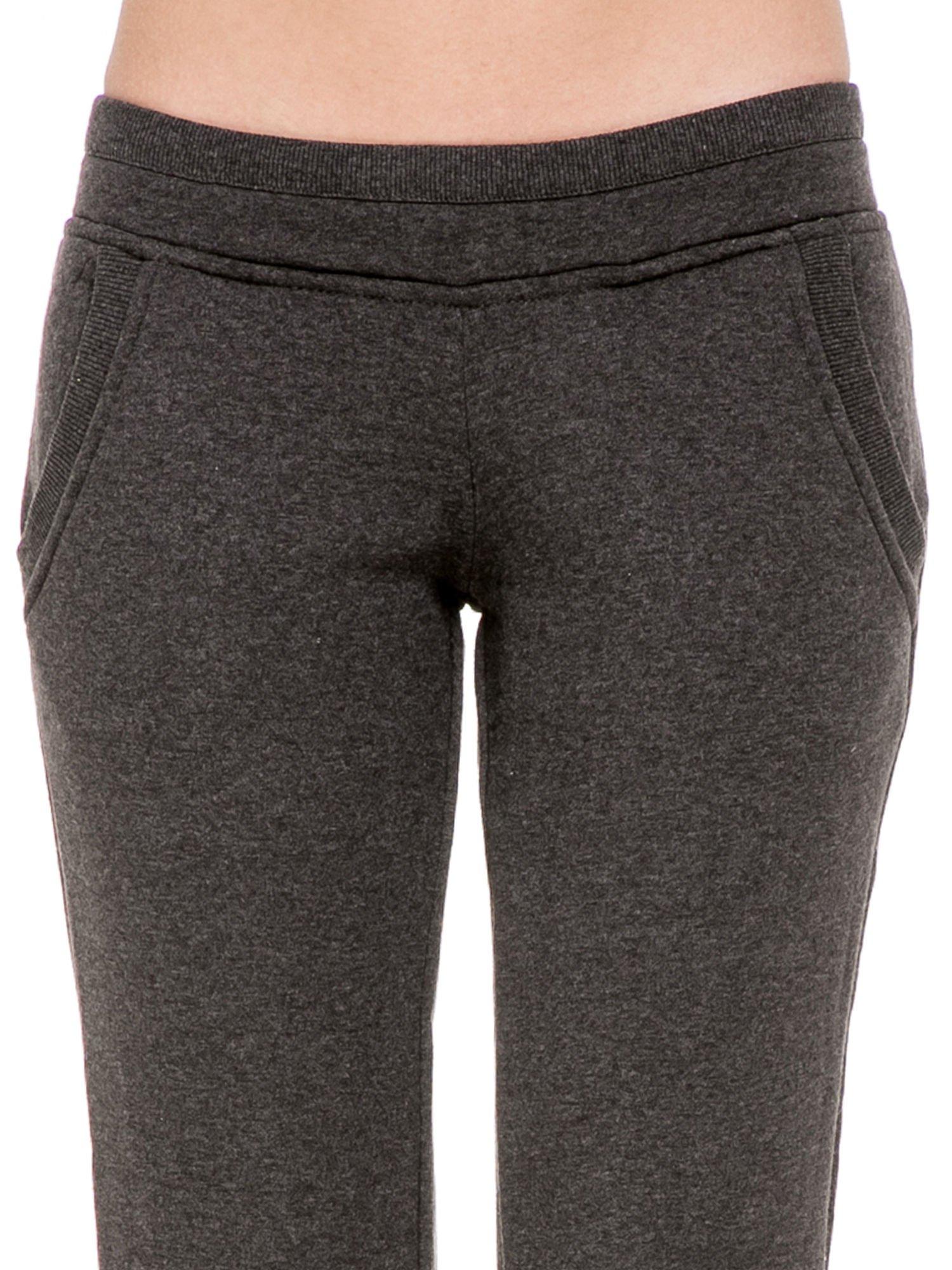 Ciemnoszare spodnie dresowe z guziczkami przy ściągaczu                                  zdj.                                  5