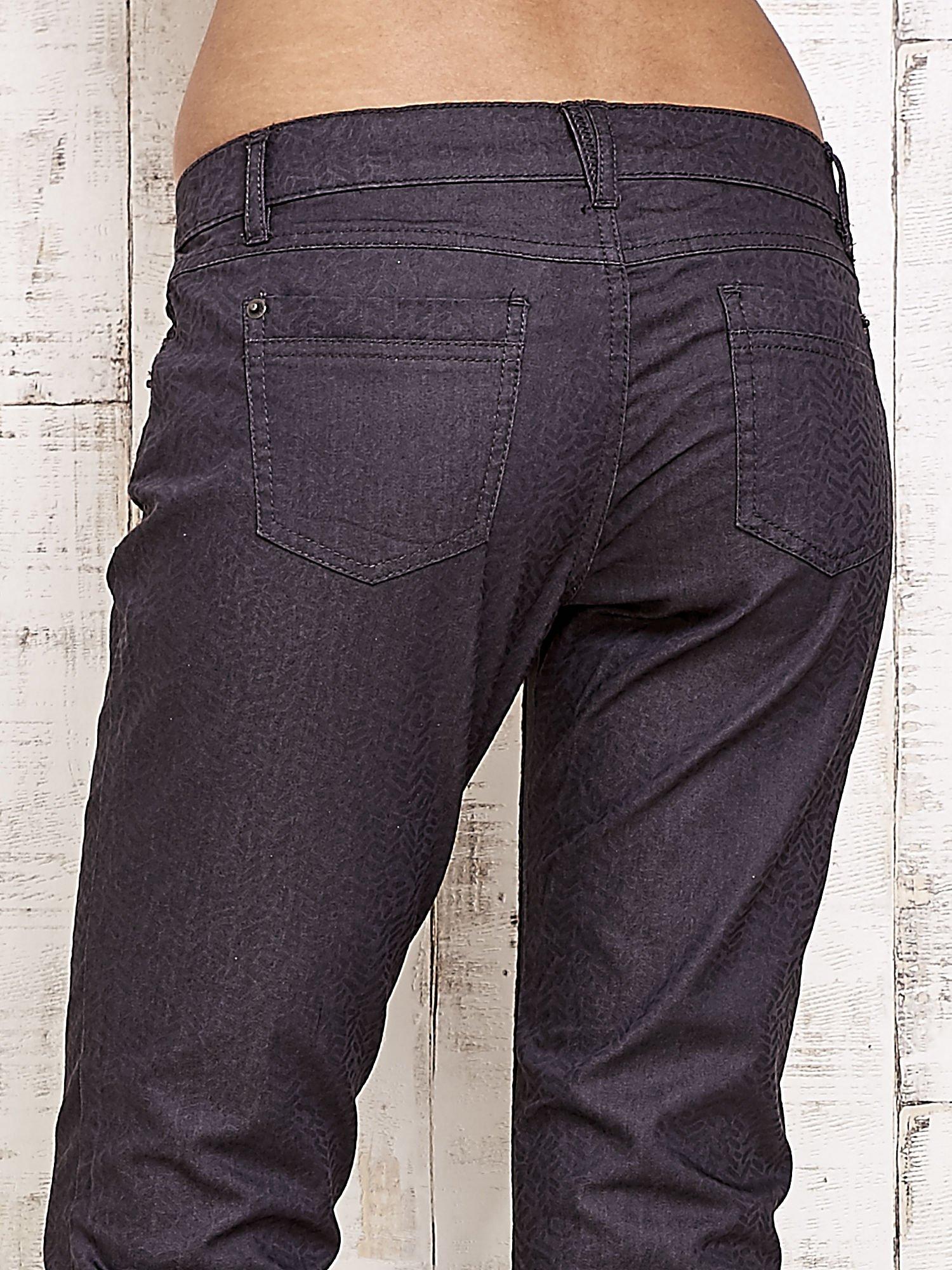 Ciemnoszare spodnie rurki w jodełkę                                  zdj.                                  6