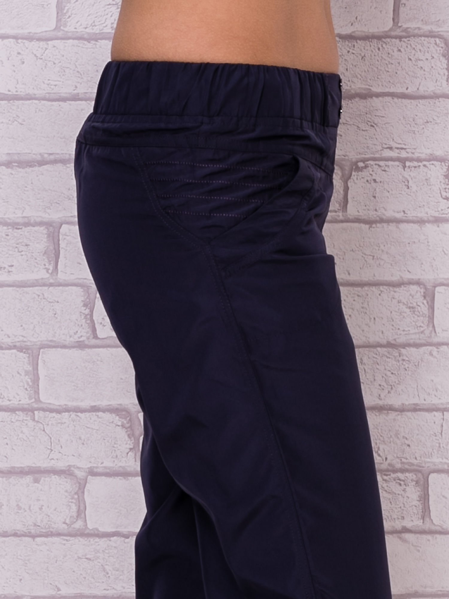 Ciemnoszare spodnie sportowe capri z guzikami                                  zdj.                                  5